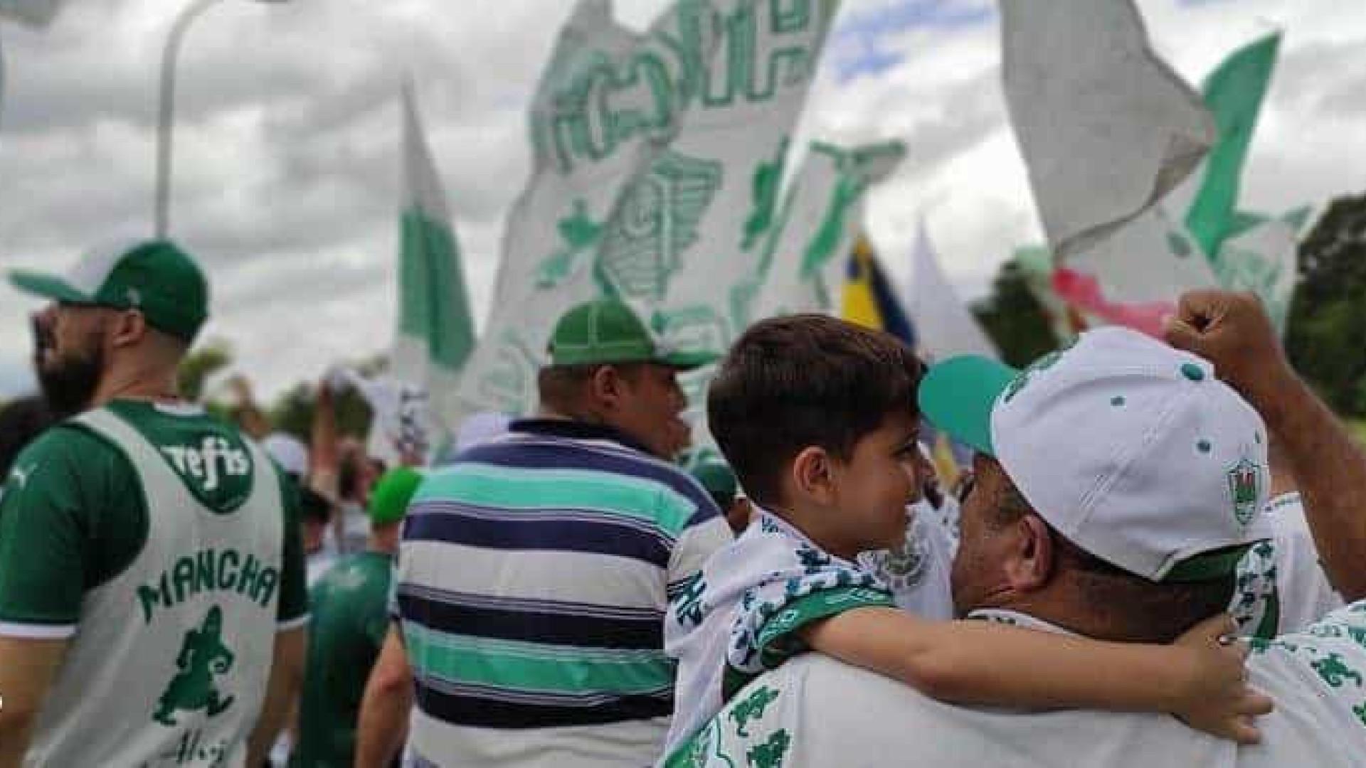 Torcida do Palmeiras vai a aeroporto dar apoio antes de viagem à Argentina