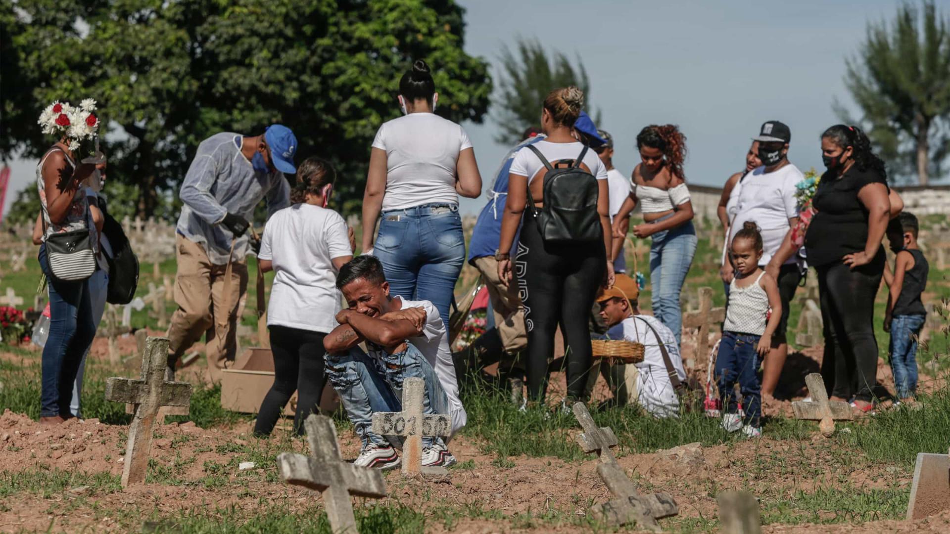 Brasil volta a ter média móvel de mortes por Covid acima de 1.000