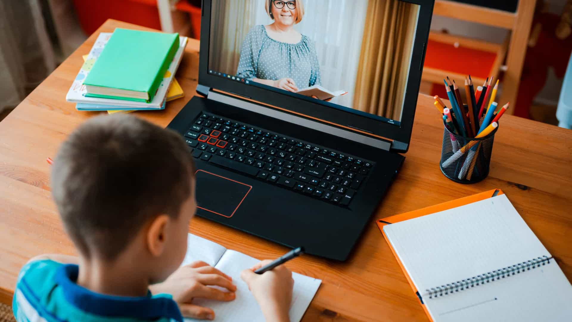 Escolas usam tecnologias para conter a cola online