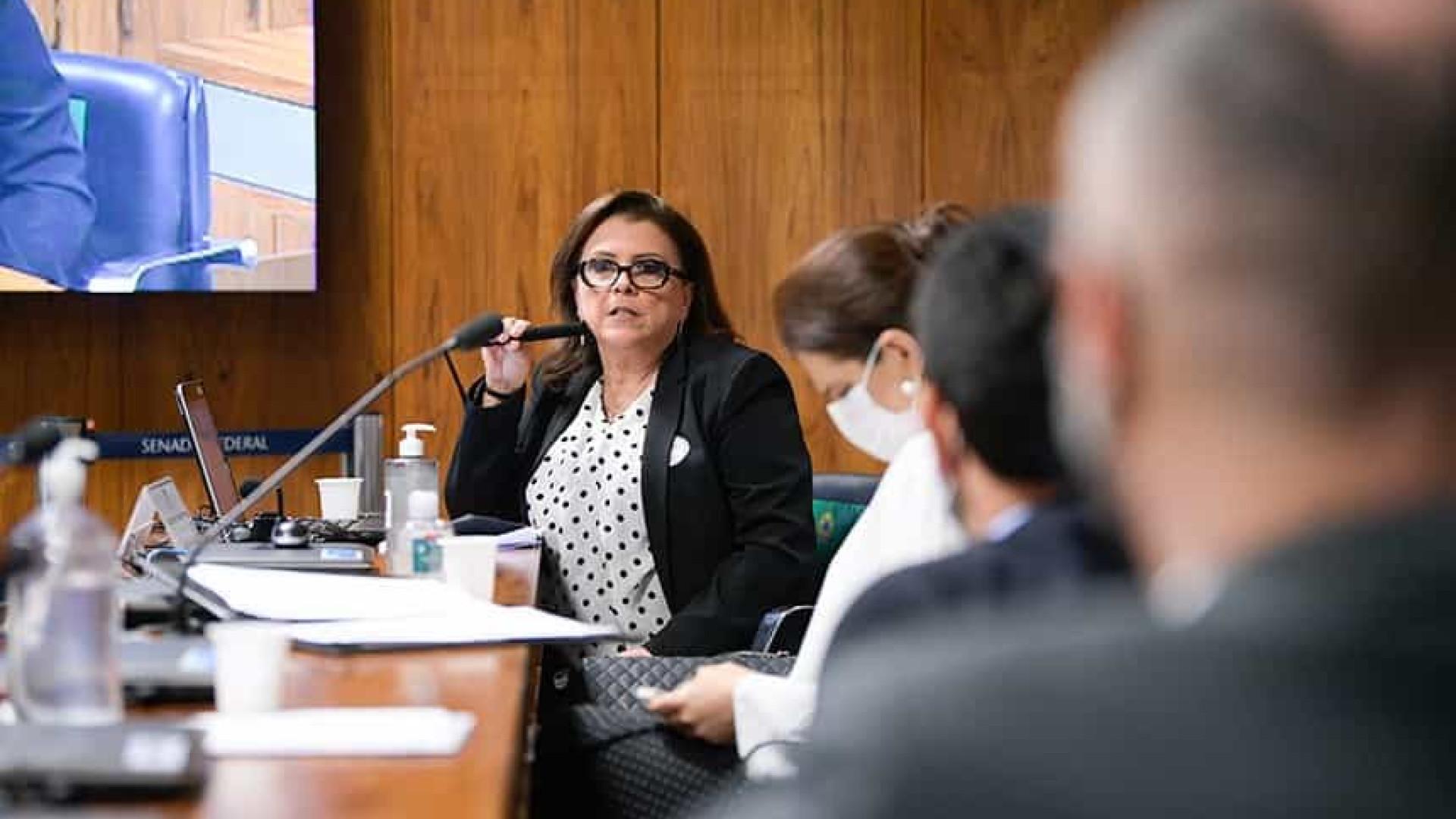 Diretora da Anvisa Cristiane Gomes vota por uso emergencial de vacinas no Brasil