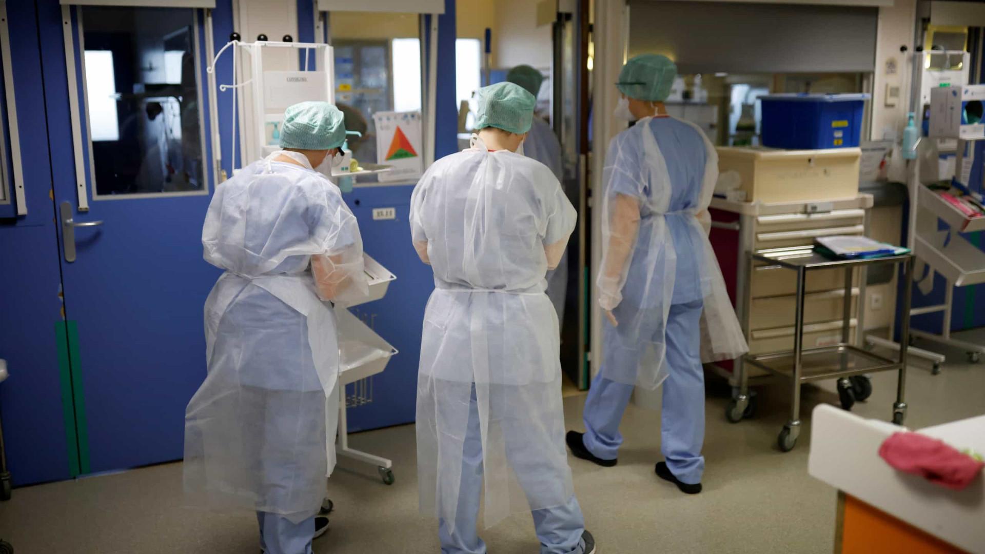 França começa a suspender enfermeiro que não se vacina contra Covid