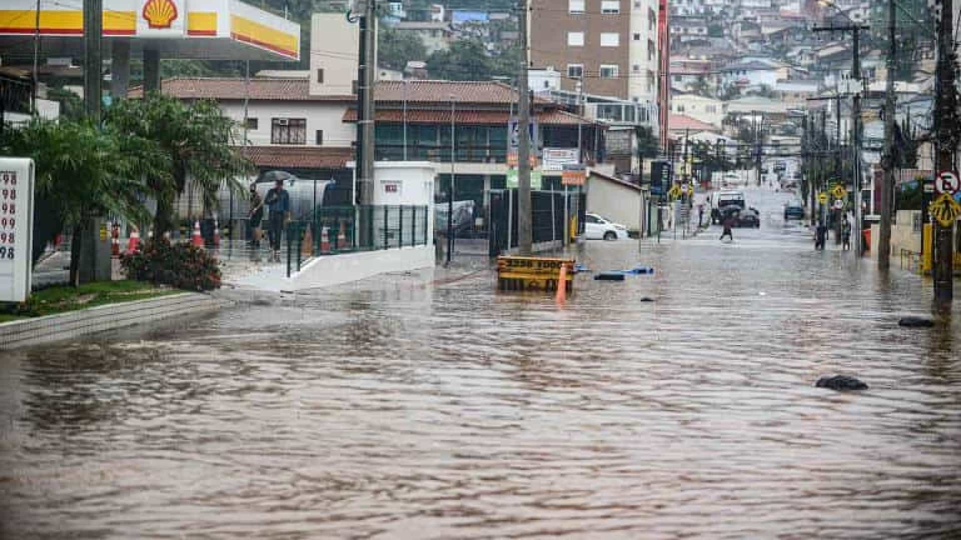 Com forte chuva, Florianópolis registra morte de mãe e filha em desabamento de muro