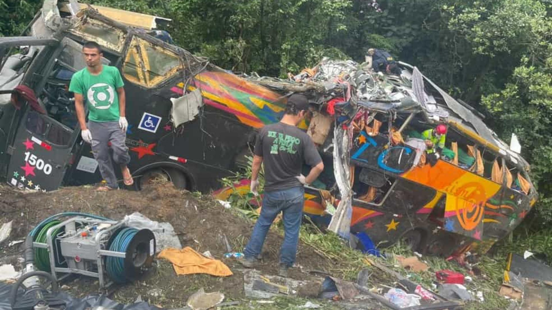 Acidente com ônibus deixa 14 mortos e 32 feridos no Paraná