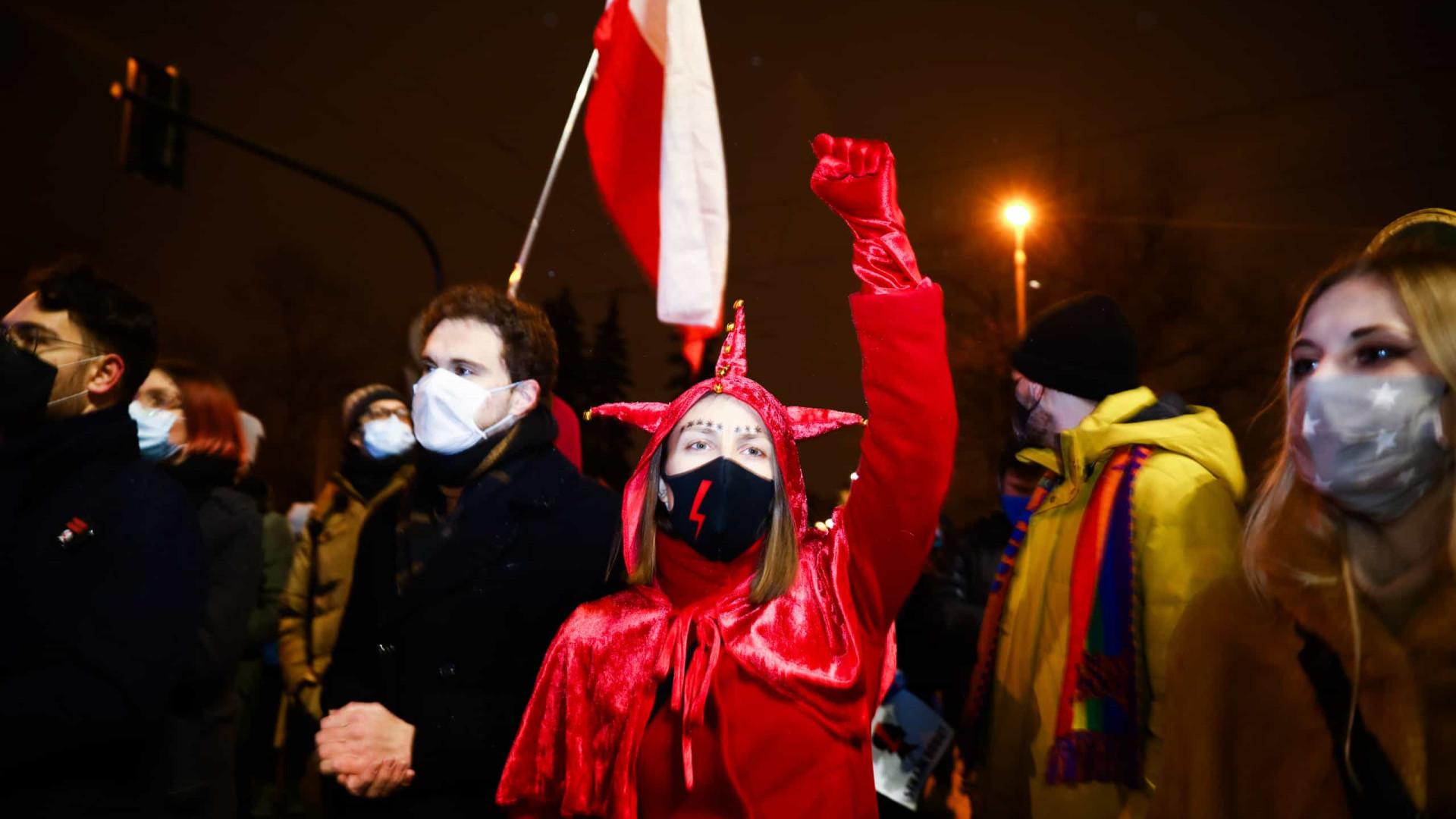 Governo avança em proibição ao aborto e reacende protestos na Polônia