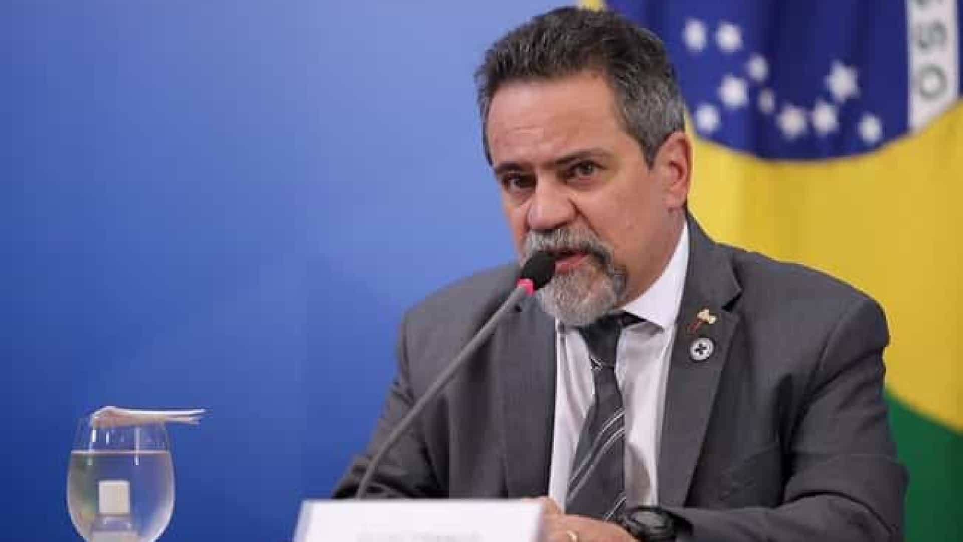 Élcio Franco faz comparação com vacina para justificar indicação de clorquina