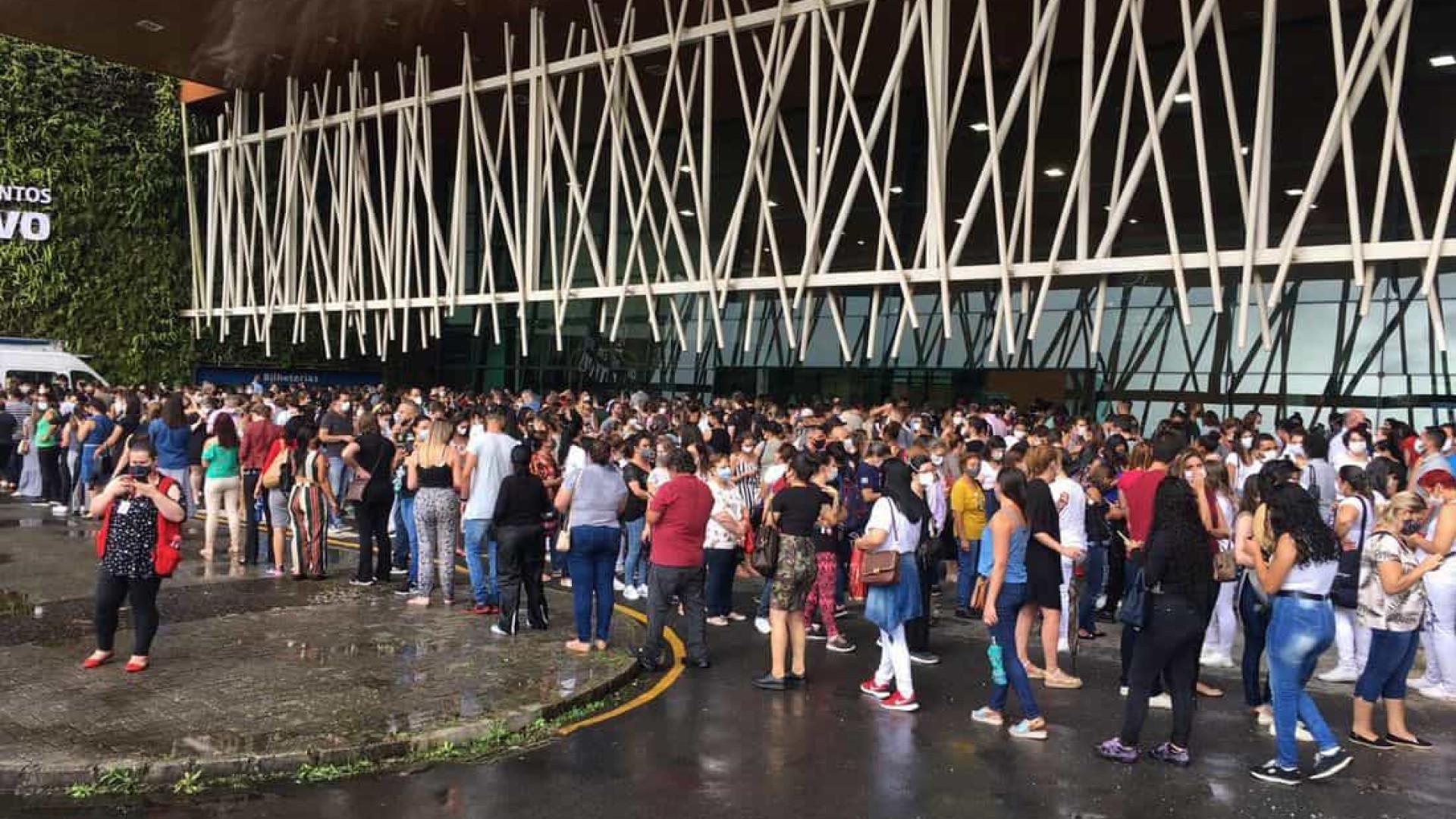 Vacinação contra a Covid-19 gera aglomeração e fila de espera de mais de 1h em Curitiba