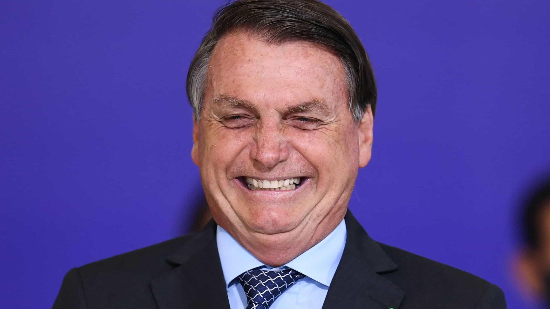 Em dia de recorde de mortes por Covid-19 no Brasil, Bolsonaro fala contra uso de máscaras