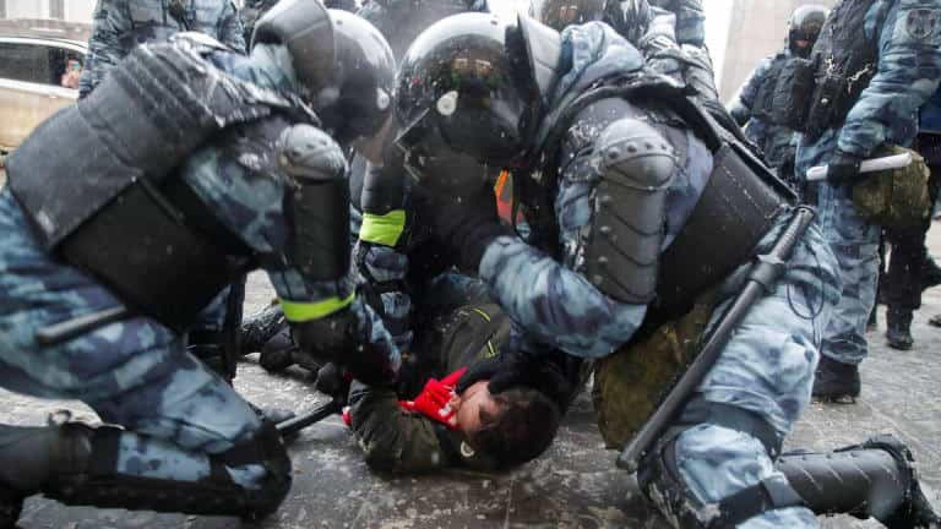 Polícia e manifestantes contra Putin se enfrentam de novo na Rússia