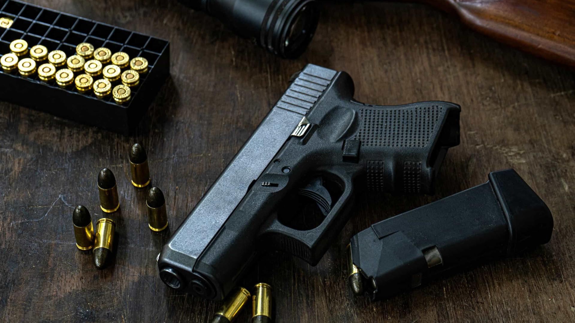 Lobista de armas nos EUA cai em pegadinha e discursa em 'graduação' de estudantes mortos a tiros
