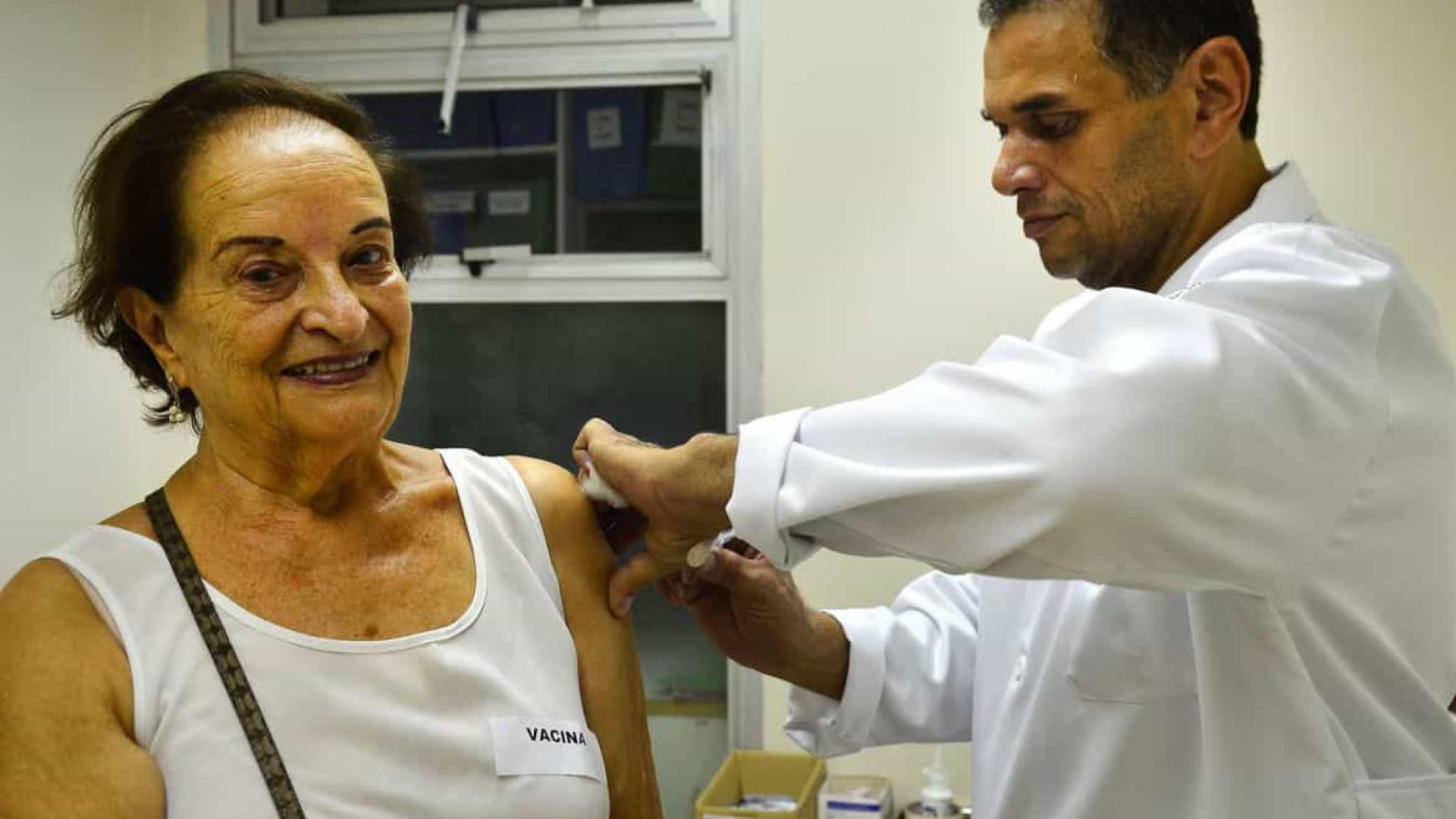 Emoção marca primeiro dia de vacinação contra a Covid-19 em idosos em São Paulo