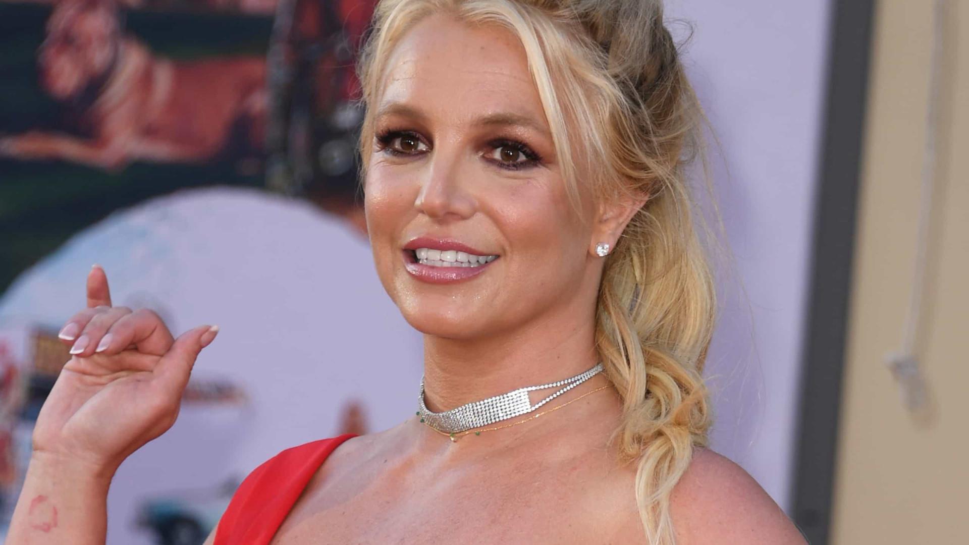 Britney Spears volta a posar em topless e desperta preocupação dos fãs