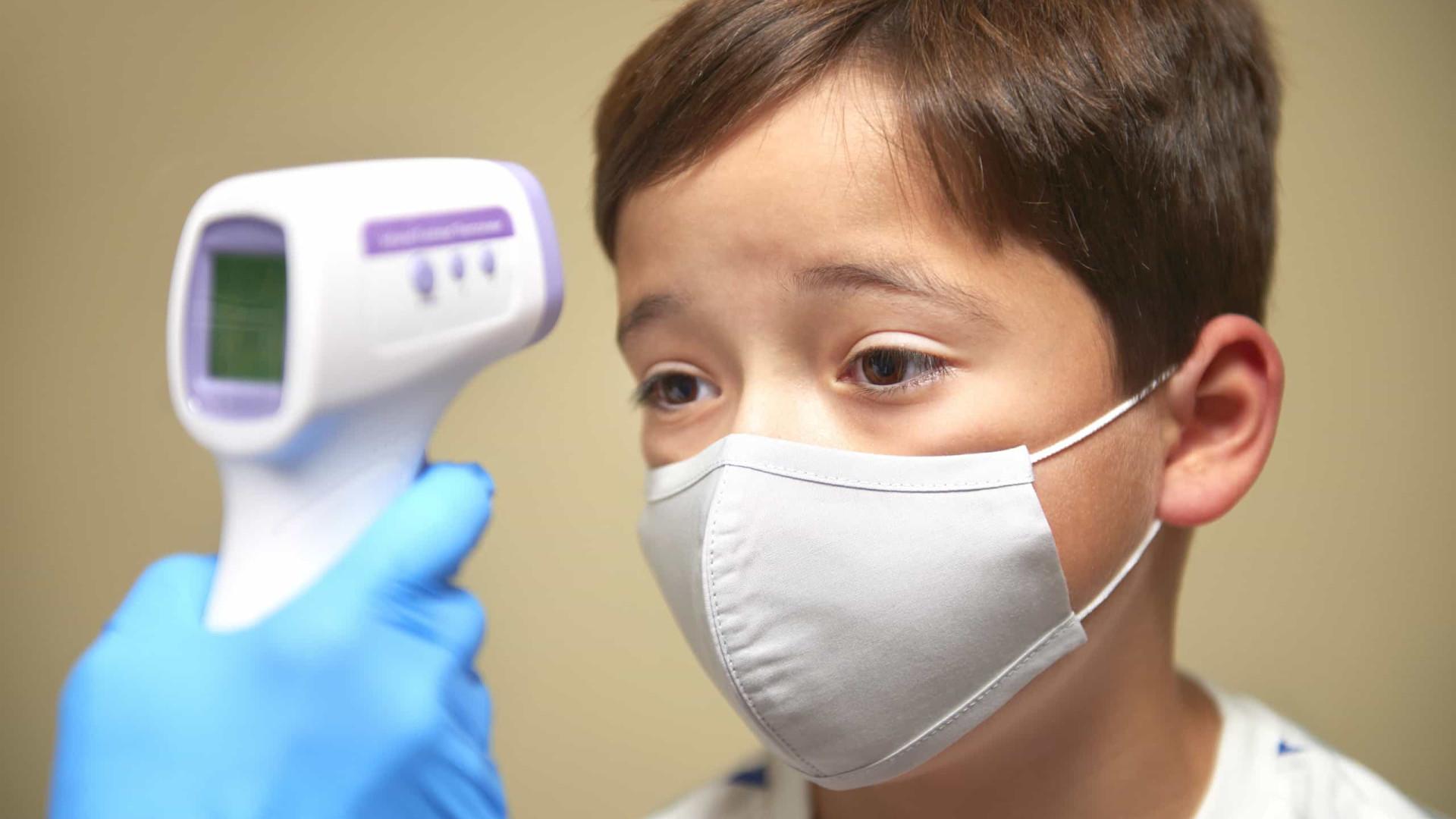Reino Unido hospitaliza até 100 crianças por semana com síndrome ligada à Covid-19, diz jornal
