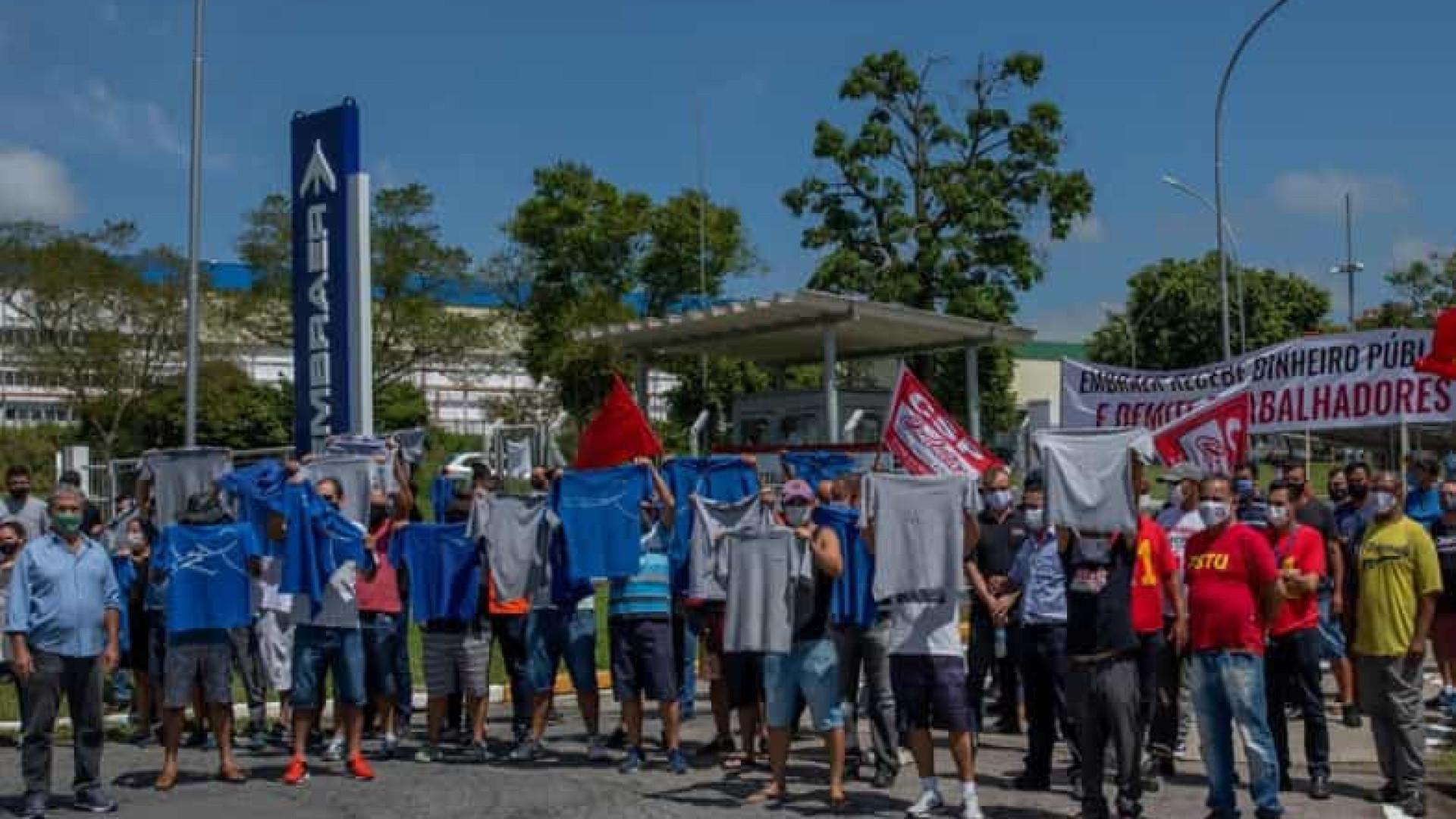 Ato em frente à fábrica marca dia do julgamento das demissões na Embraer