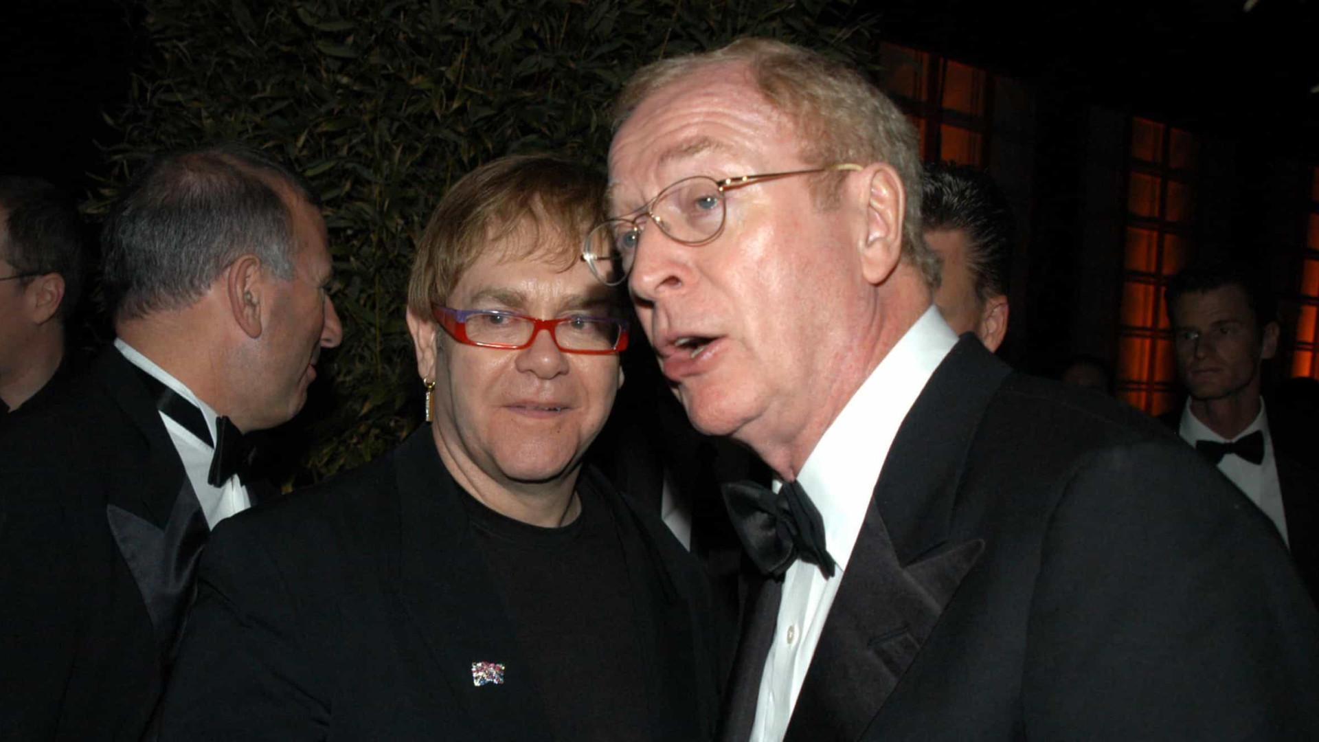 Boris convoca Elton John e Michael Caine contra os antivacina