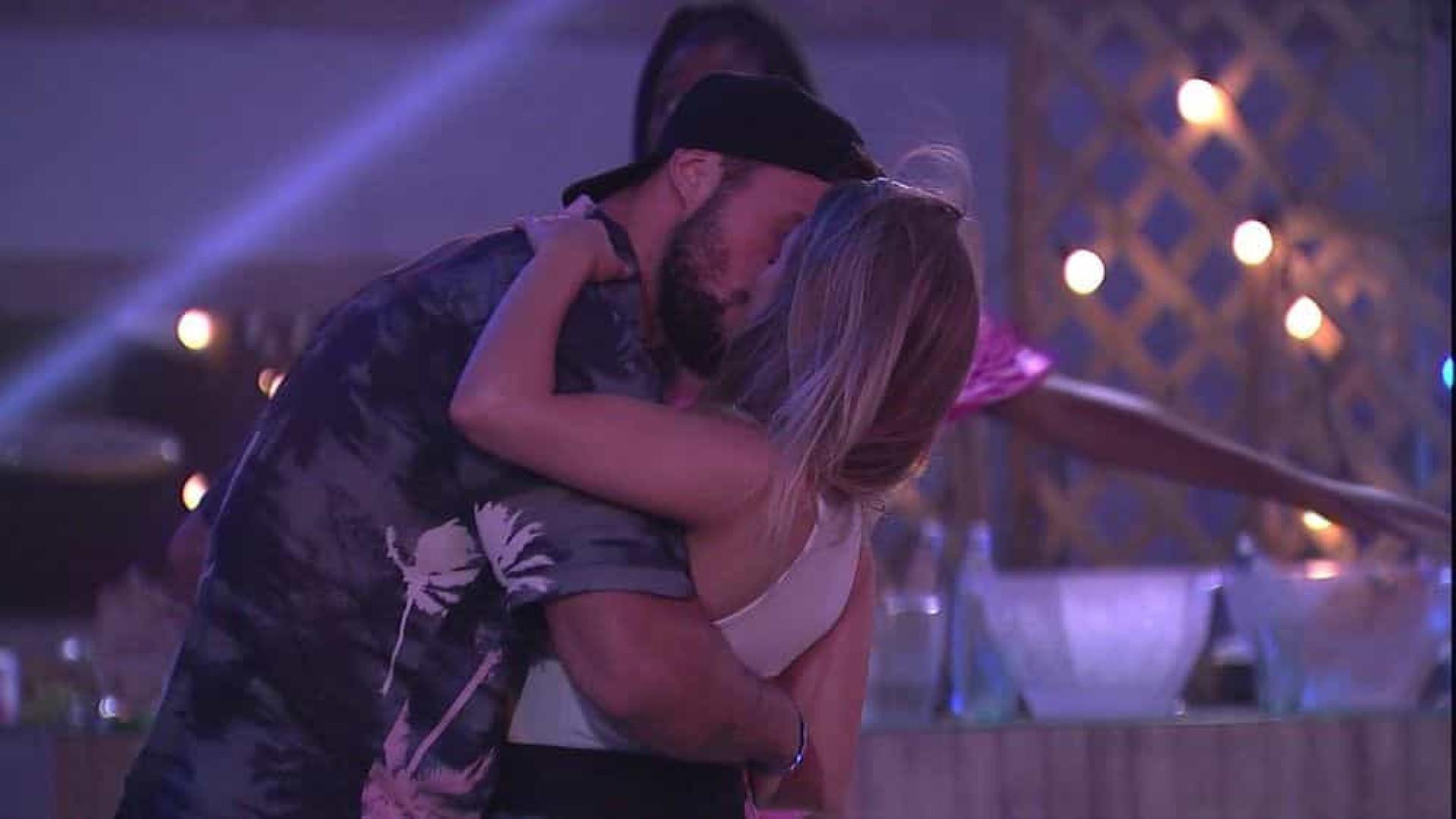 Carla Diaz e Arthur finalmente dão o primeiro beijo
