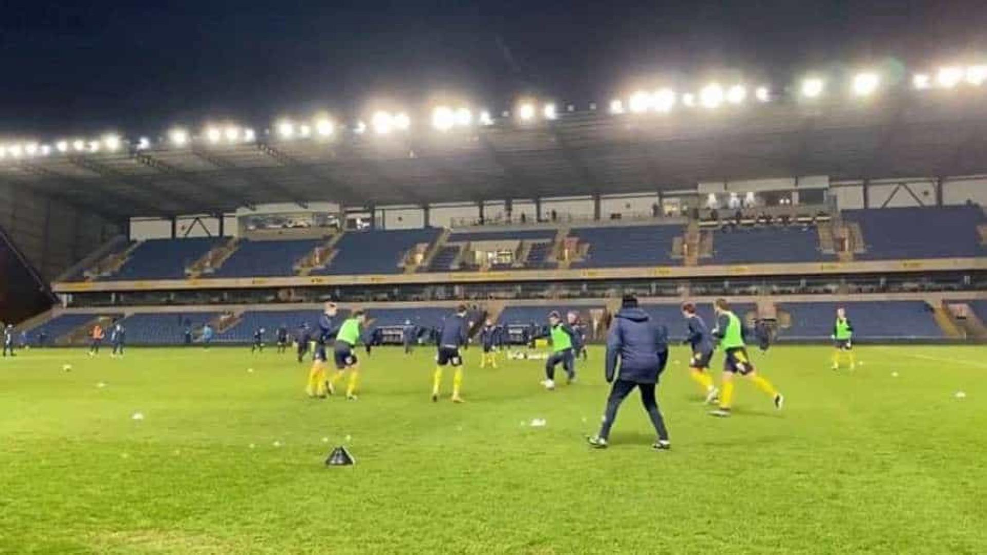 Estádio é evacuado na Inglaterra após incêndio em refletor em jogo da 3ª divisão