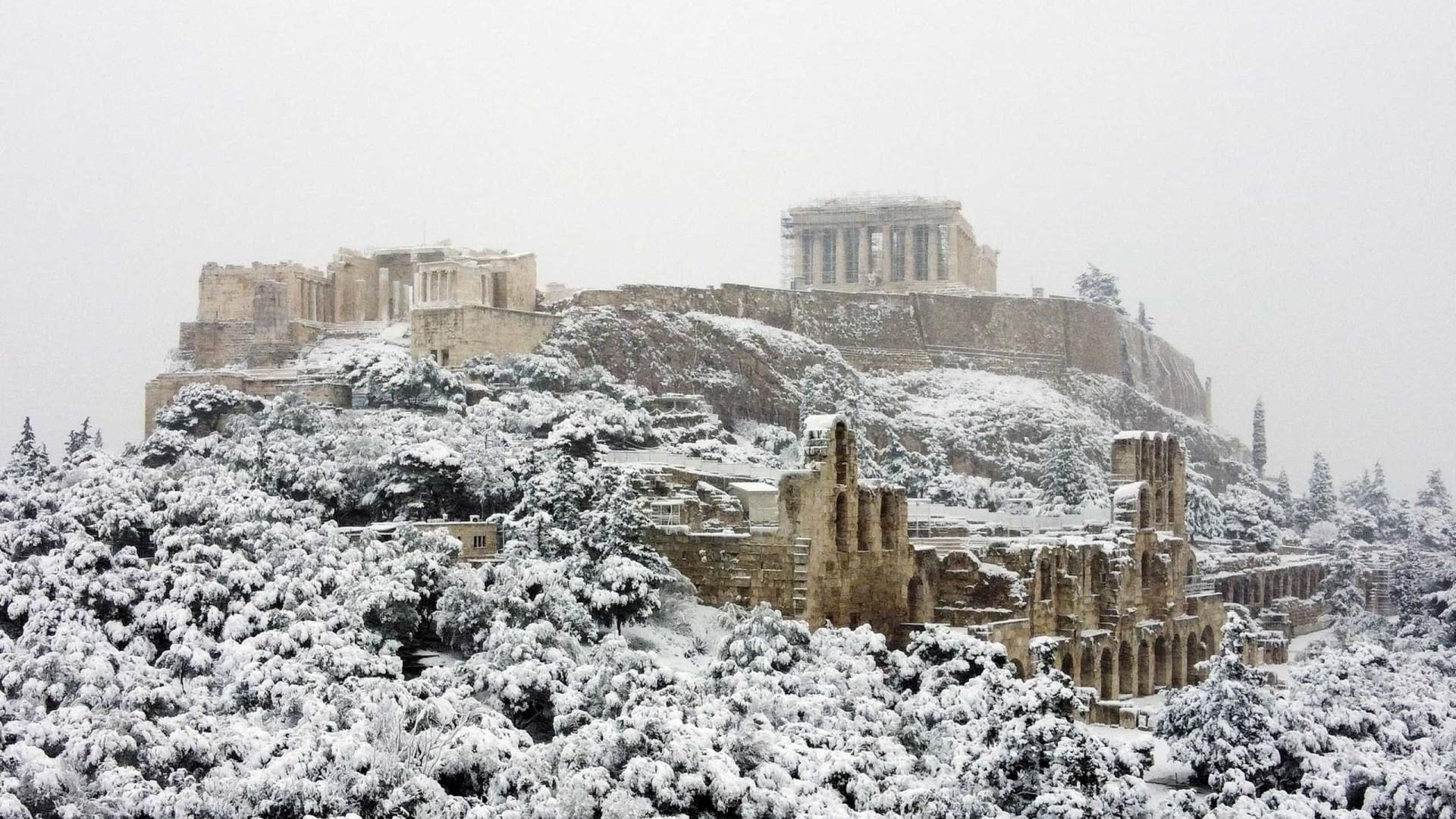 Uma visão rara: Neve cobre Atenas de branco e nem a Acrópole escapa