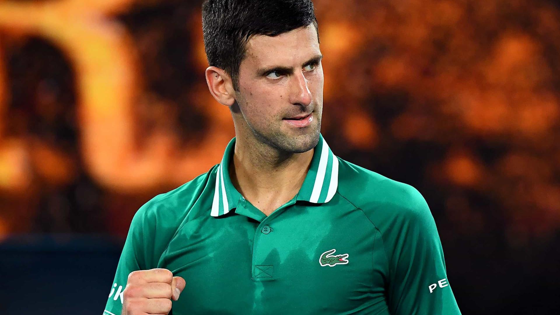 Djokovic vira sobre Tsitsipas em jogo adiado pela chuva e vai à semifinal de Roma