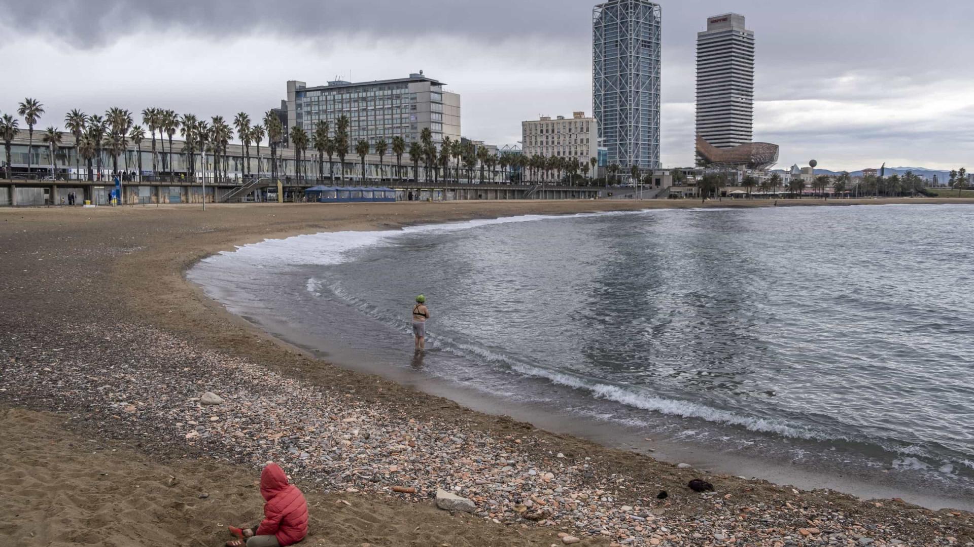 Fumar vai ser proibido em quatro praias de Barcelona já este verão