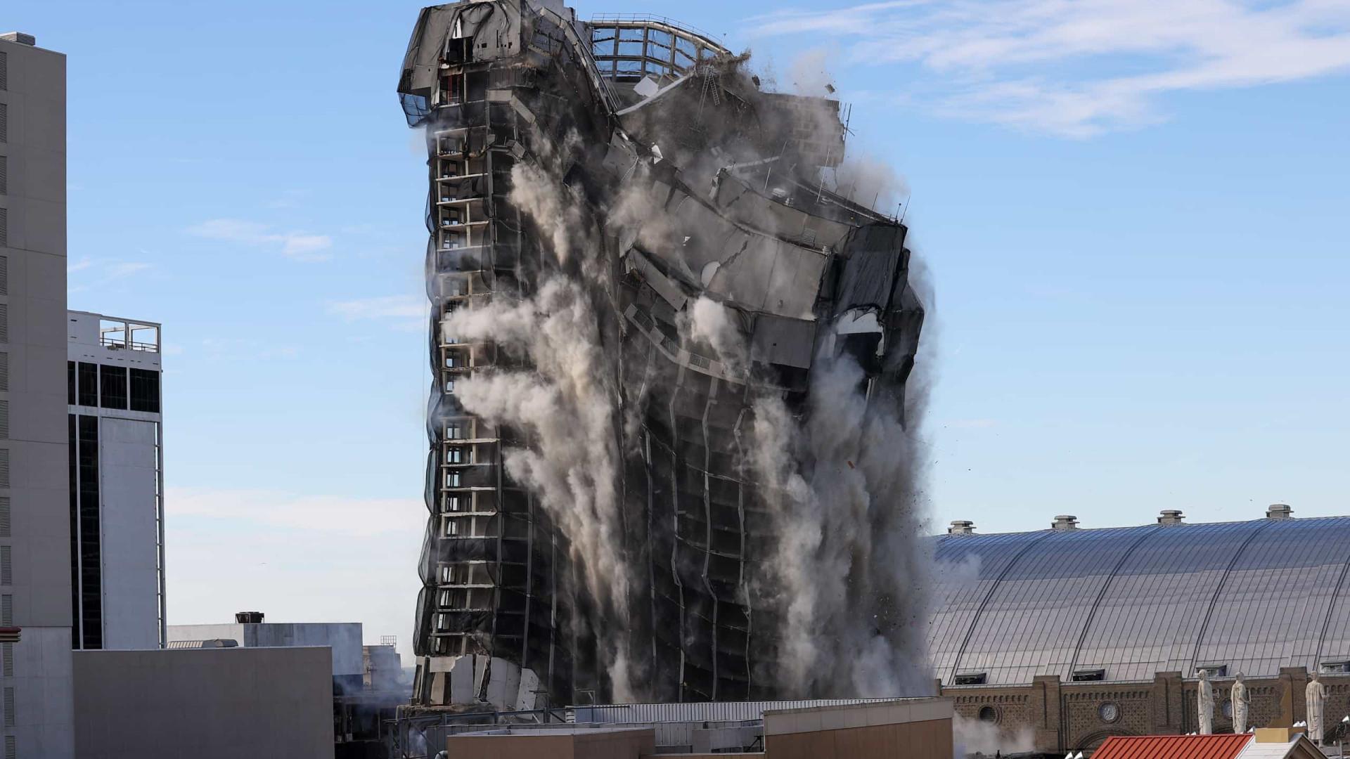 Hotel falido de Trump foi hoje abaixo com três mil barras de dinamite