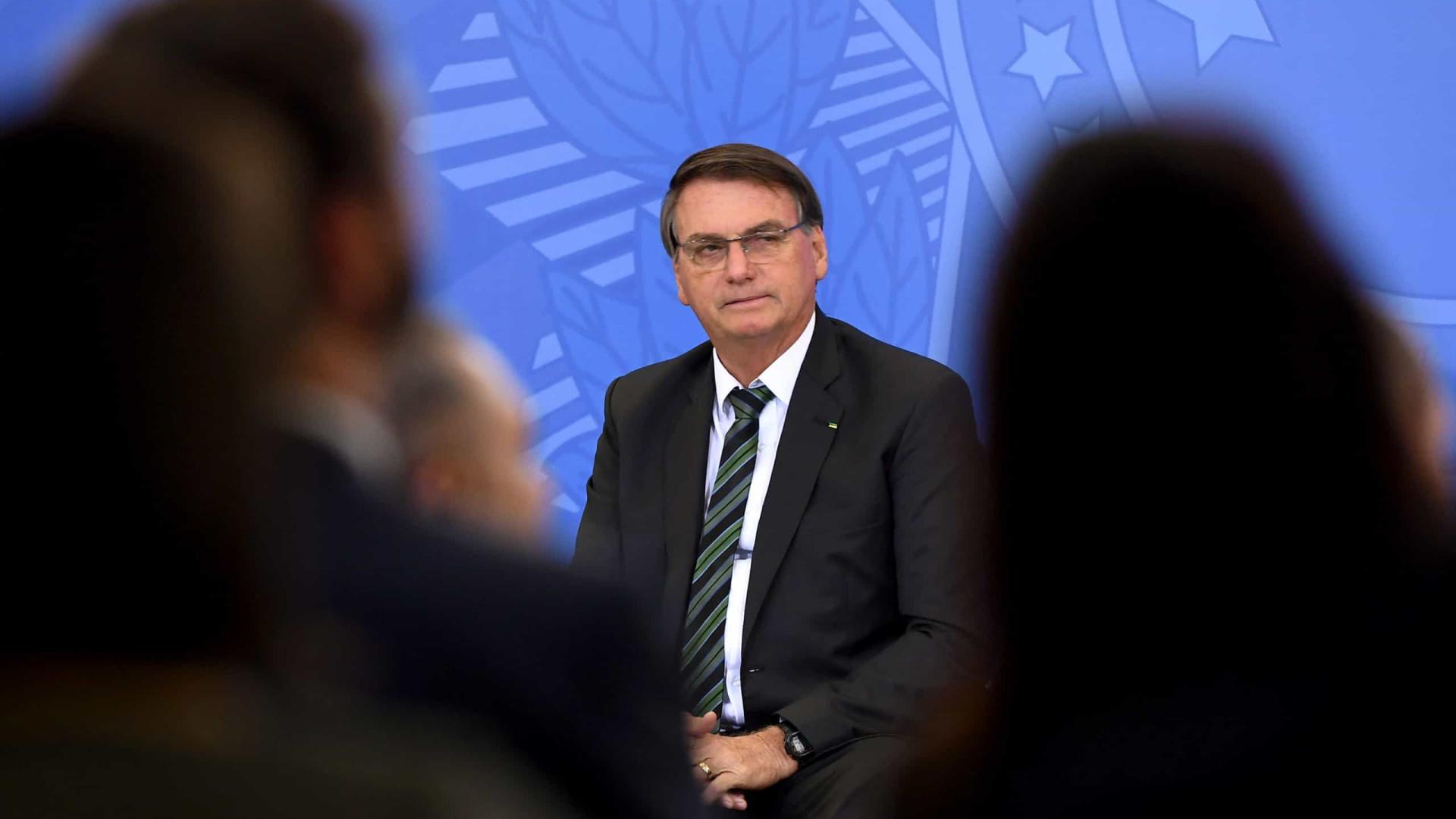 Bolsonaro comemora distribuição de vacinas; Queiroga vai a campo imunizar