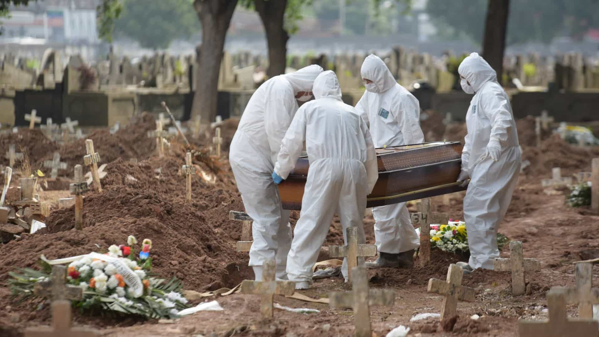Brasil registra 1.726 mortes pela covid em 24 horas e volta a bater recorde