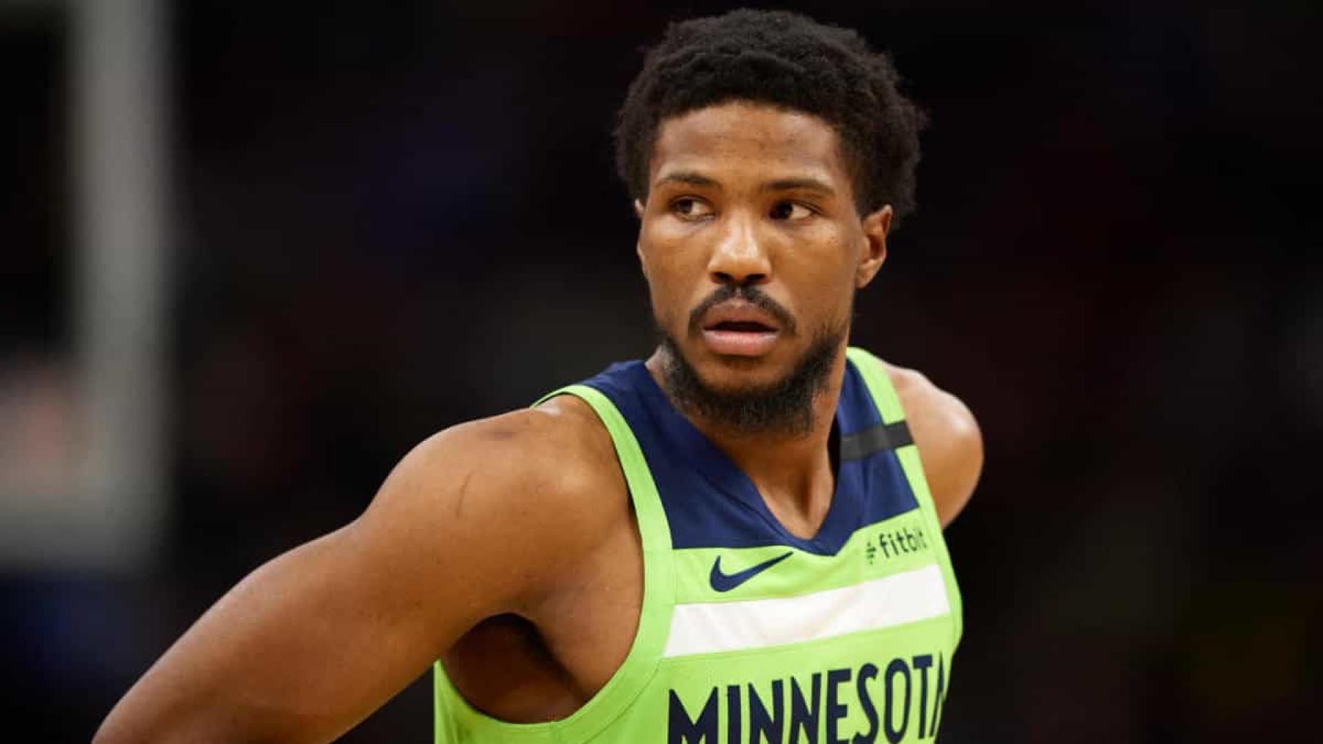 Jogador do Minnesota é suspenso por 12 jogos após fazer ameaça armado