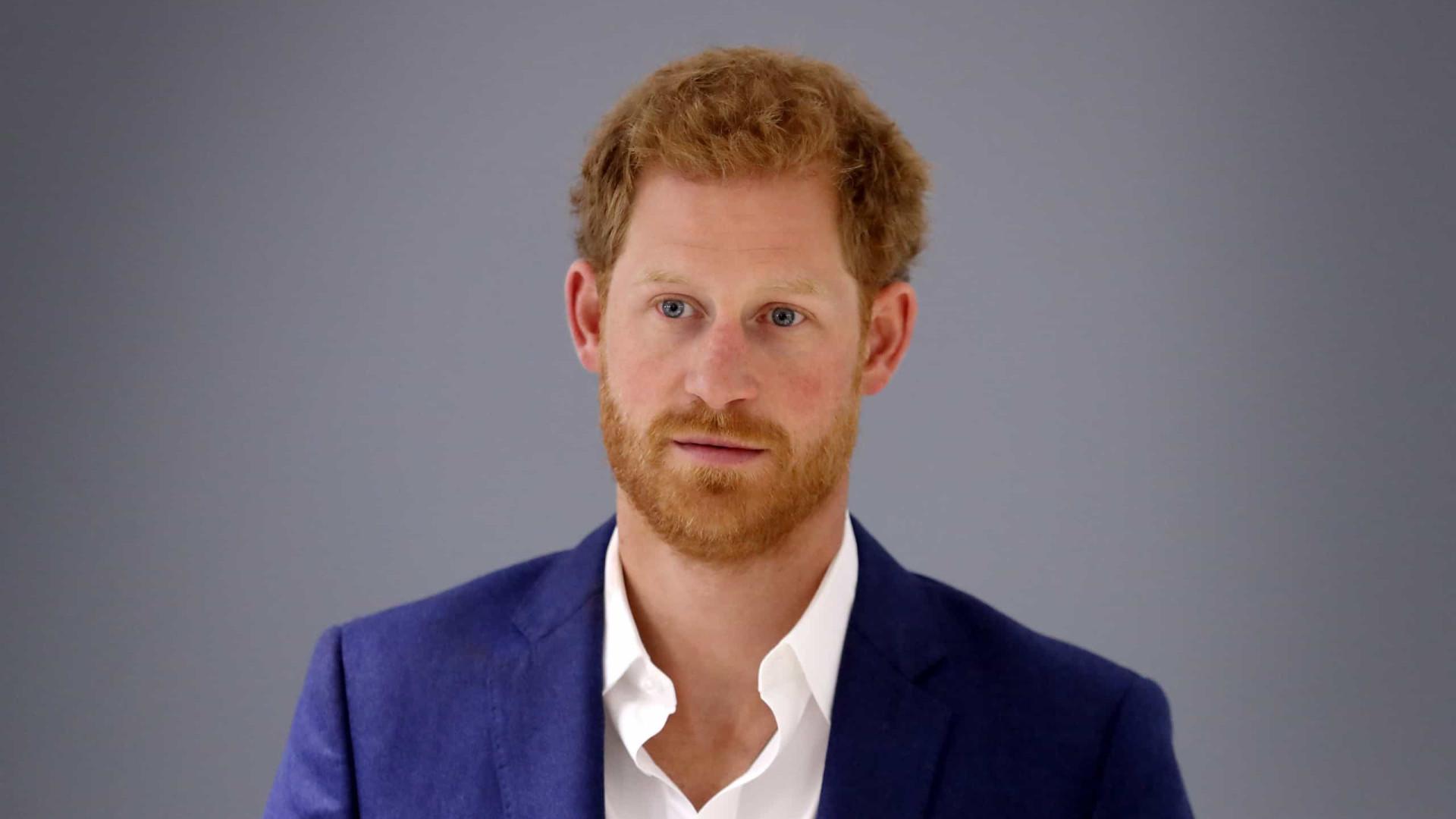 Príncipe Harry diz que crescer na família real foi como estar em um zoológico