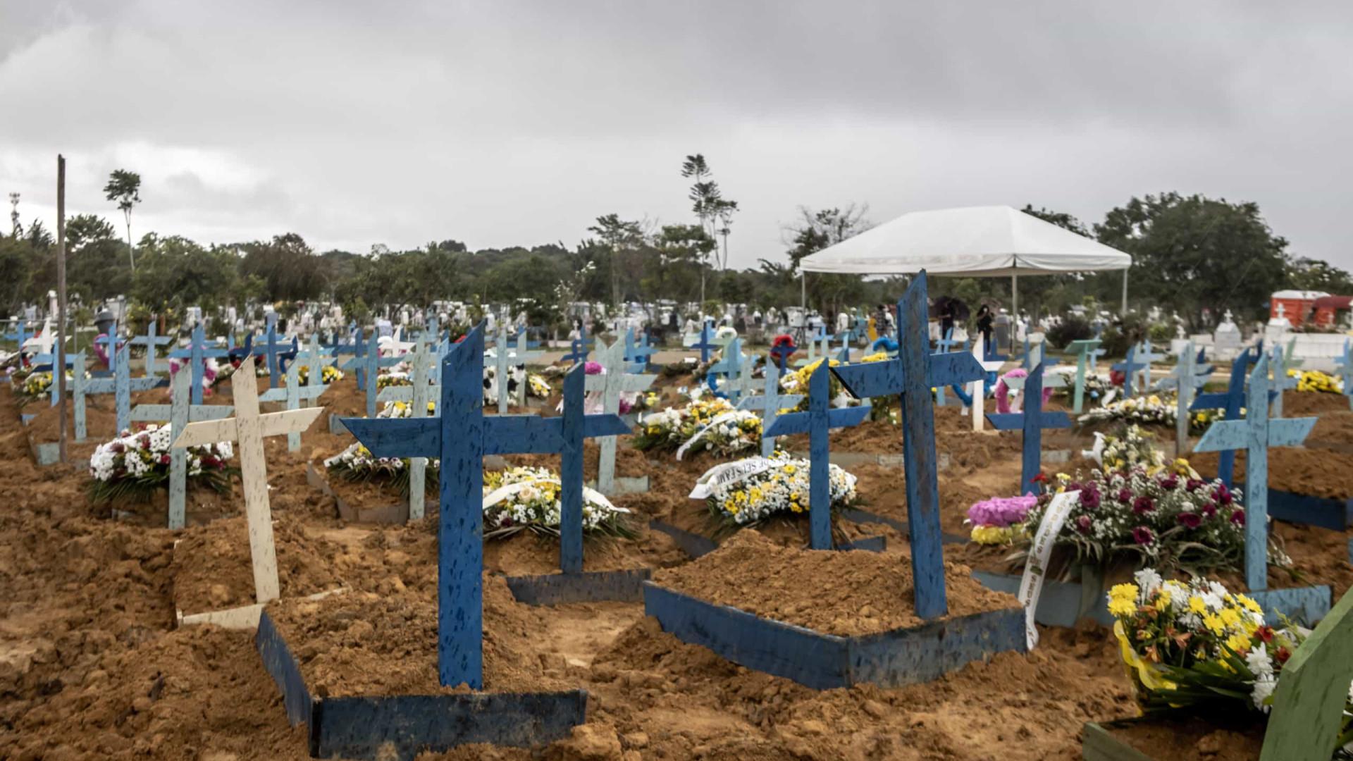 Jovens acendem 2.000 velas para relembrar recorde diário de vítimas da Covid