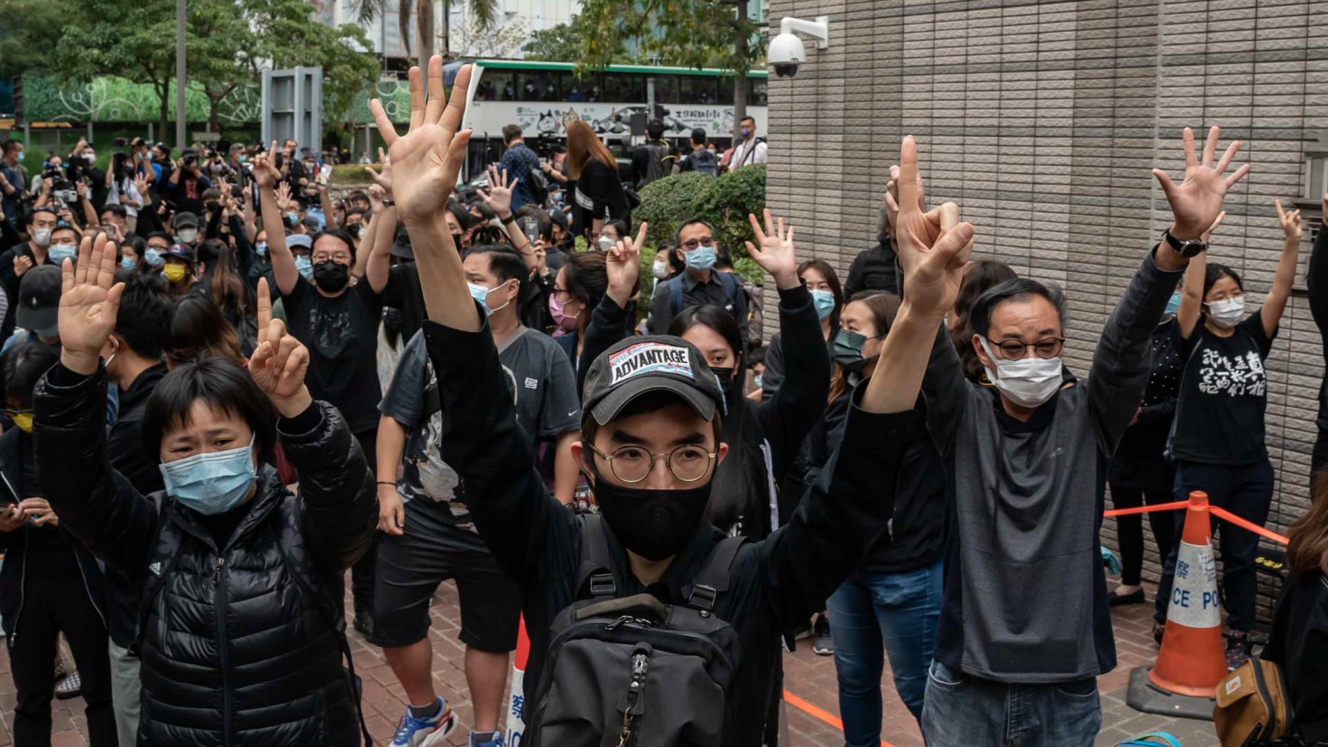 Centenas protestam contra prisão de ativistas acusados de subversão em Hong Kong