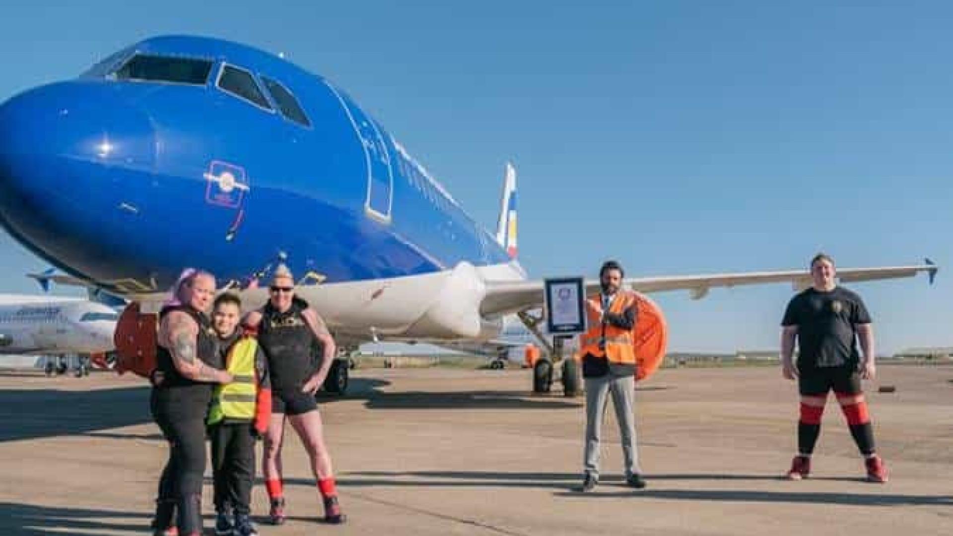 Duas britânicas puxam Airbus A320 e quebram recorde do Guinness