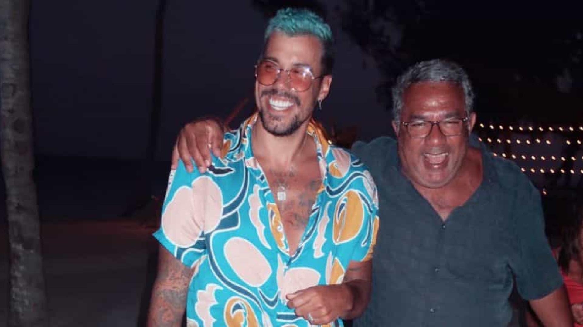 Lipe Ribeiro posta foto com pai de Anitta e reforça ideia de romance com cantora
