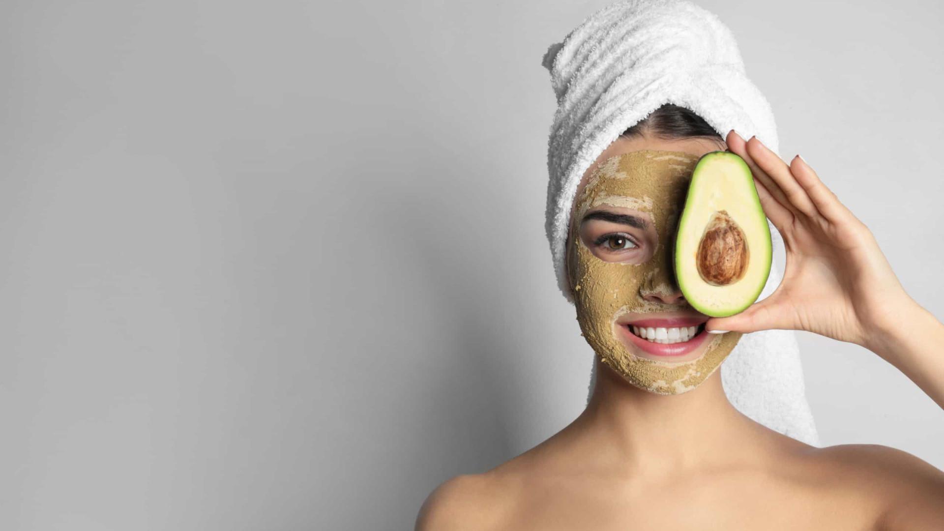 Máscara caseira de abacate e limão para rejuvenescer a pele