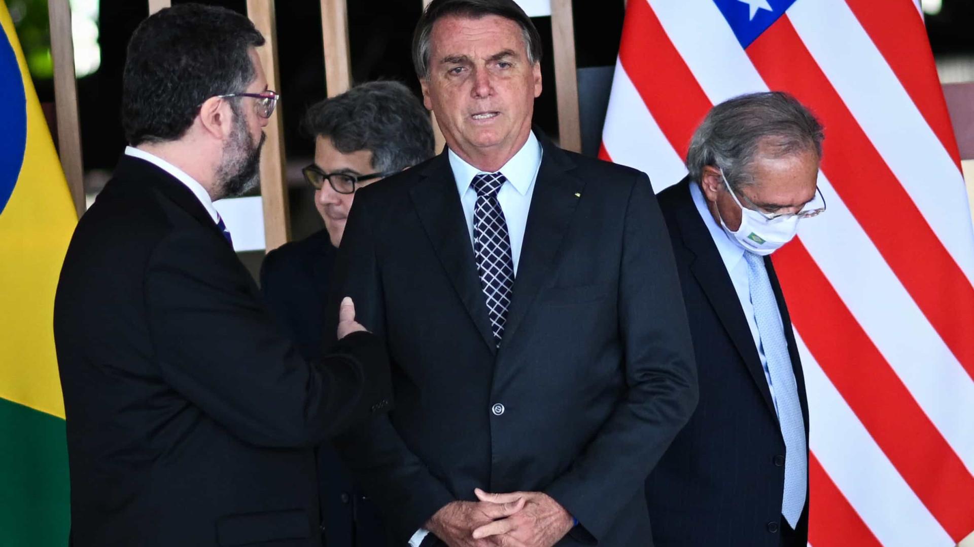 Pressão do centrão irrita Bolsonaro, e Ernesto deve ganhar sobrevida no cargo