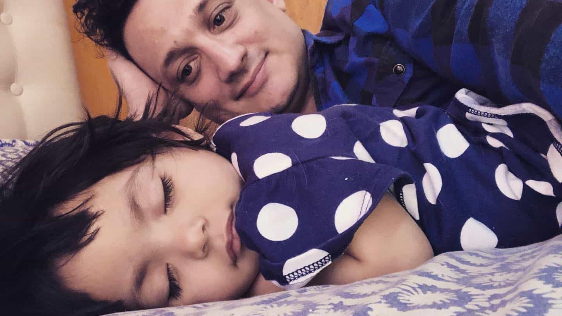 Homem solteiro que sonhava ser pai adota menina doente em hospital
