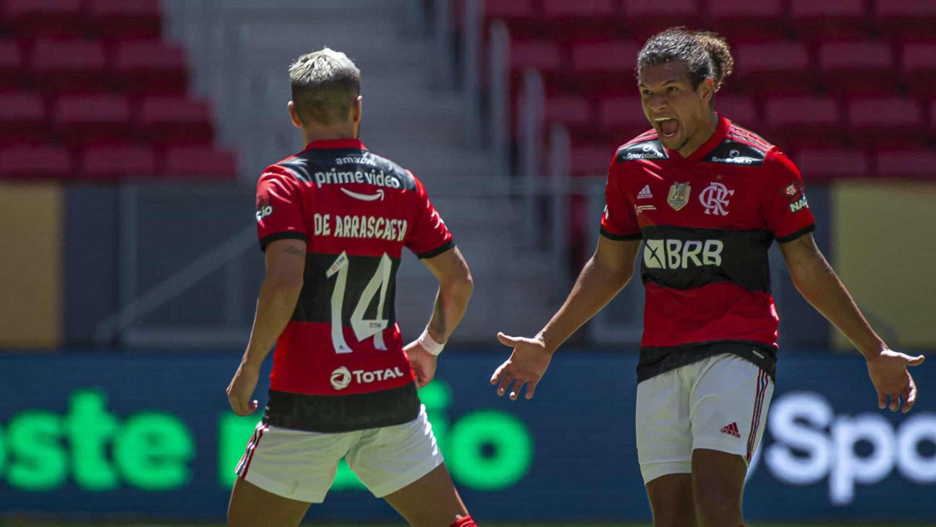 Em grande jogo, Flamengo bate Palmeiras nos pênaltis e é bicampeão da Supercopa