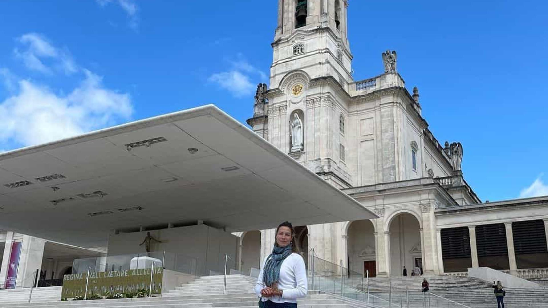 Luana Piovani reza em Fátima no dia da volta dos filhos a Portugal