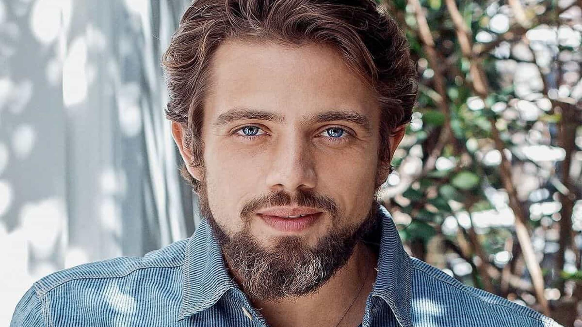 Vizinho de Paulo Betti, Rafael Cardoso joga encomendas ao ator pelo muro