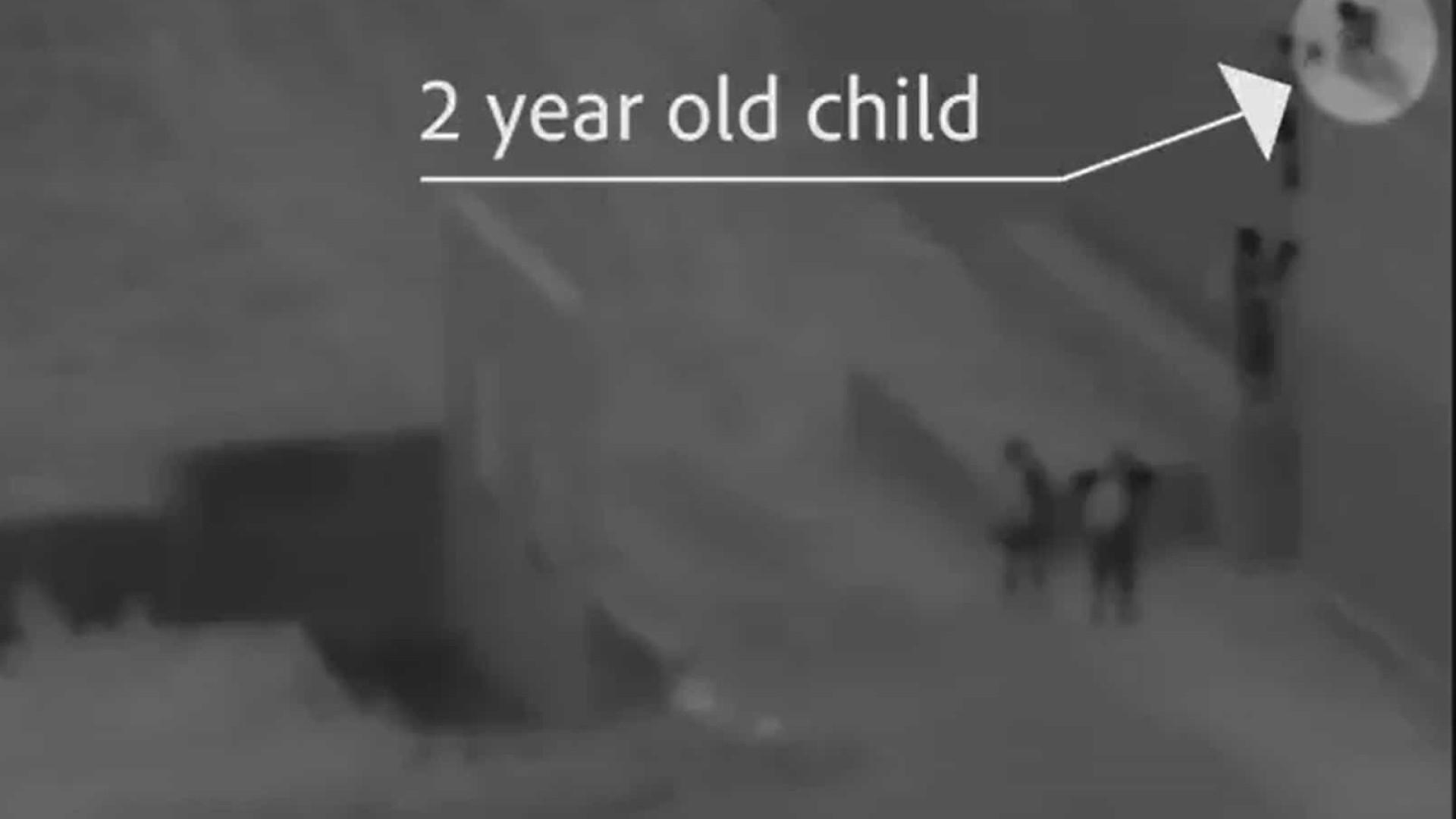 Criança de dois anos é filmada sendo jogada de muro na fronteira dos EUA