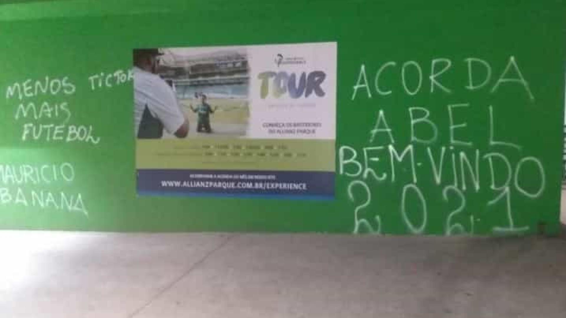 Muro do Palmeiras é pichado com cobranças a Abel Ferreira, Galiotte e jogadores