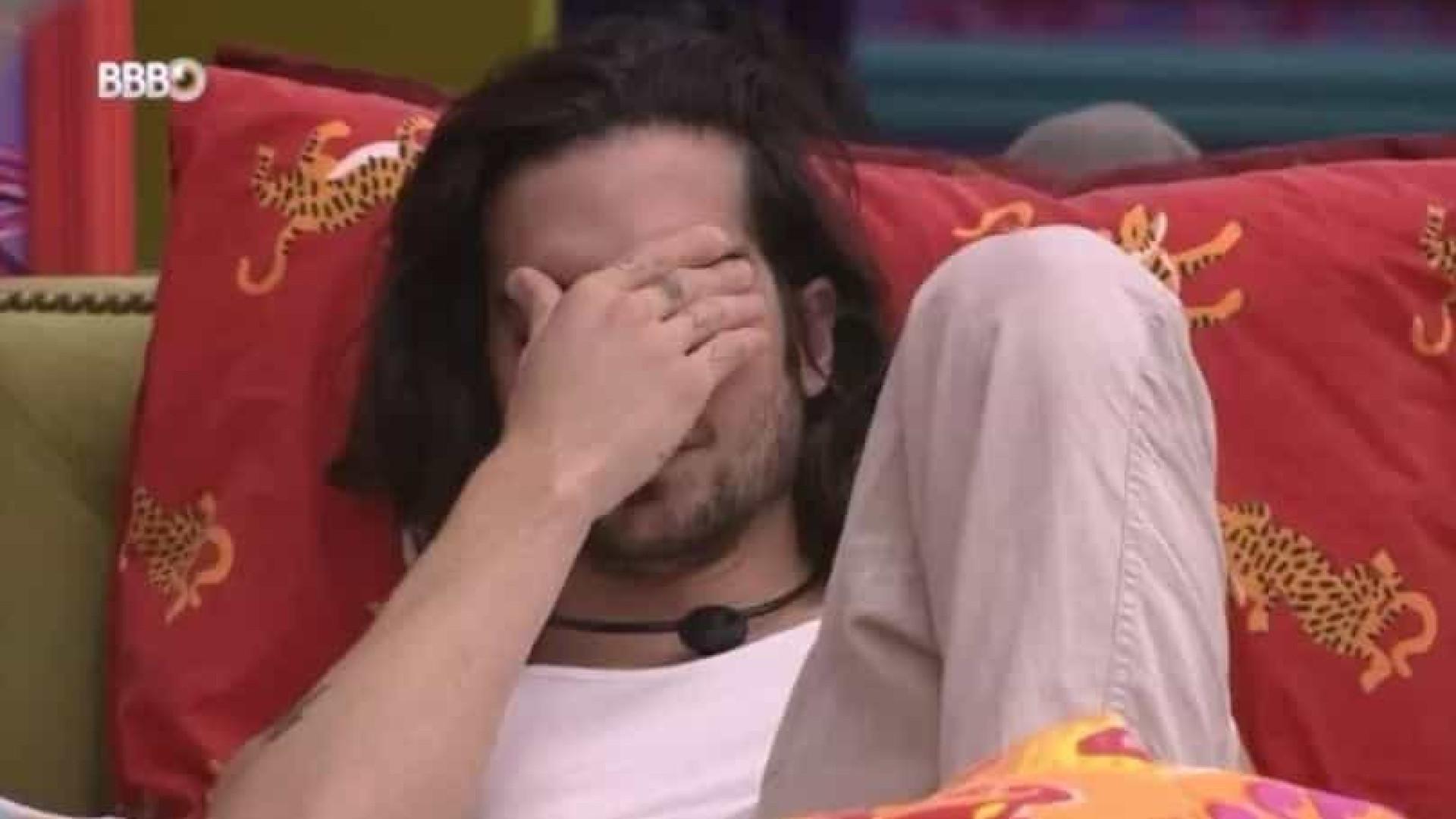 Fiuk chora sozinho após Viih Tube dizer que o indicará ao Paredão