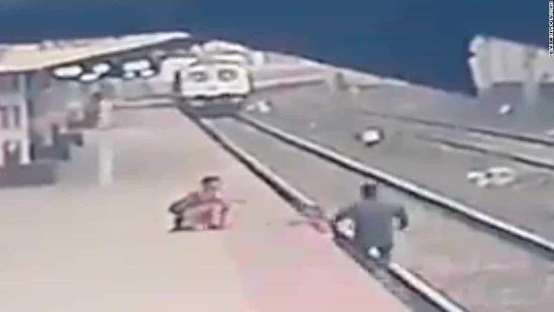 """Funcionário salta para trilho de trem e salva criança: """"Herói"""""""
