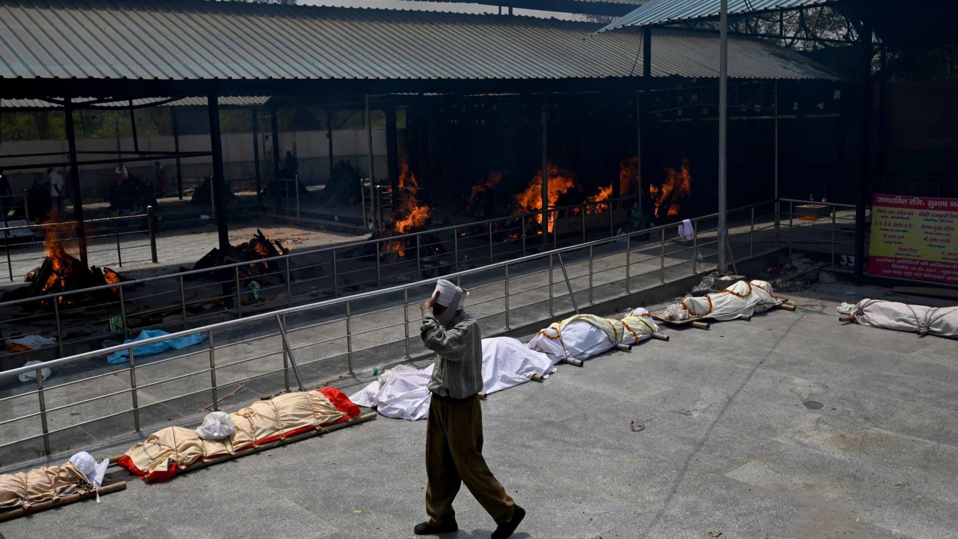 Tragédia na Índia: mortos sendo cremados ao ar livre