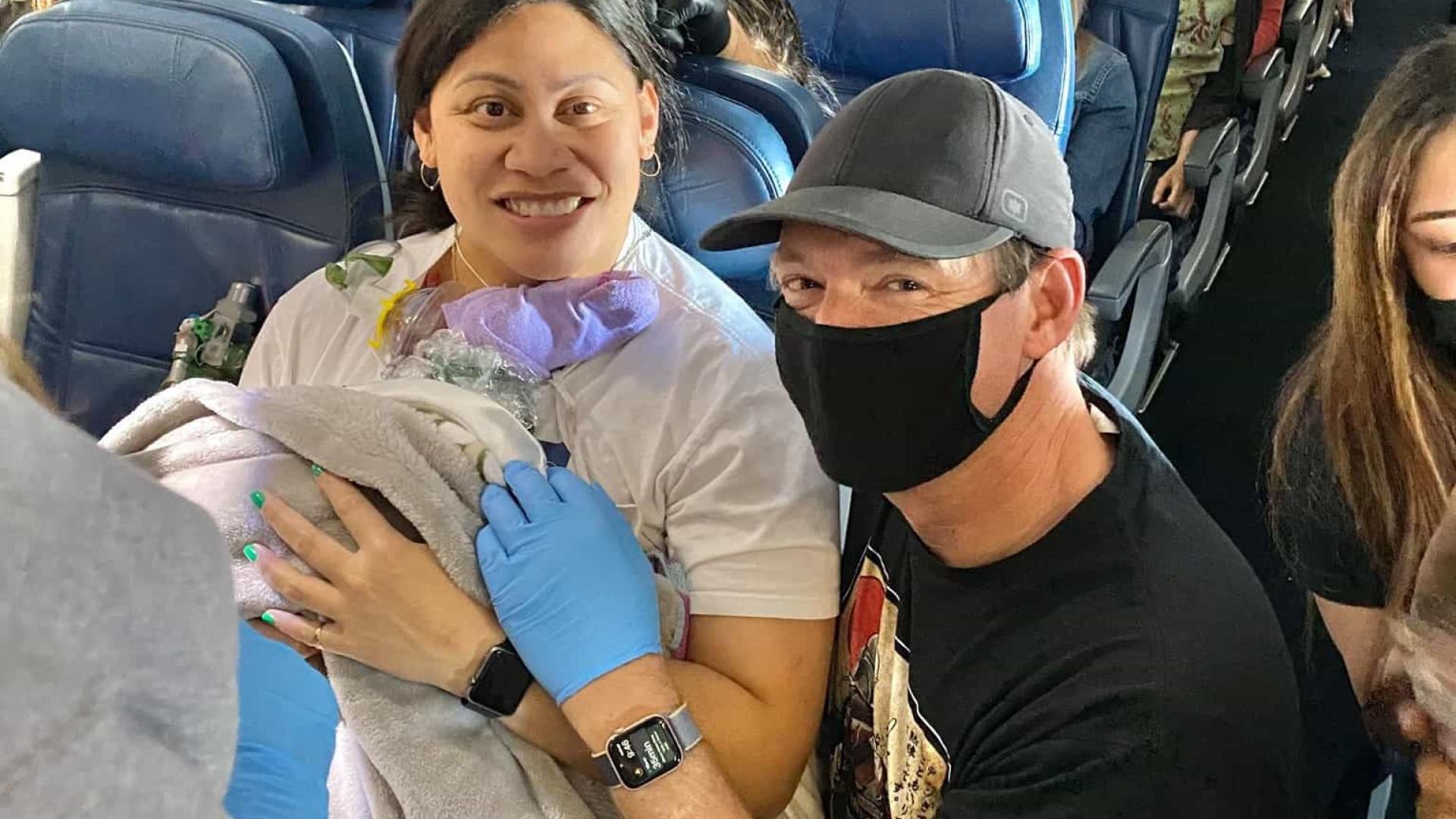 Mulher que não sabia que estava grávida dá à luz durante voo