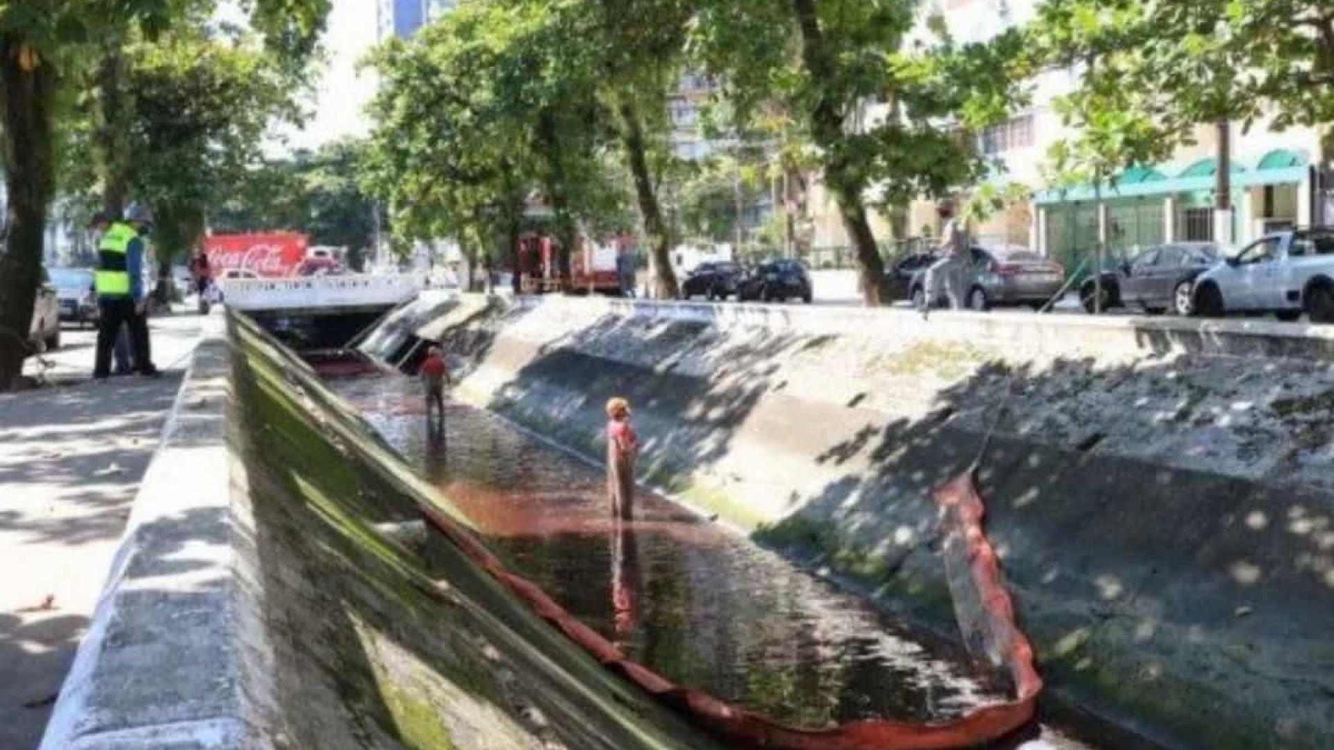 Óleo diesel vaza de hipermercado, polui canal e atinge o mar em Santos