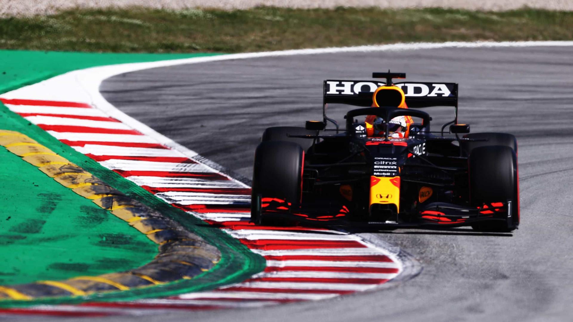 Max Verstappen crava o melhor tempo do fim de semana e Ferrari 'renasce'