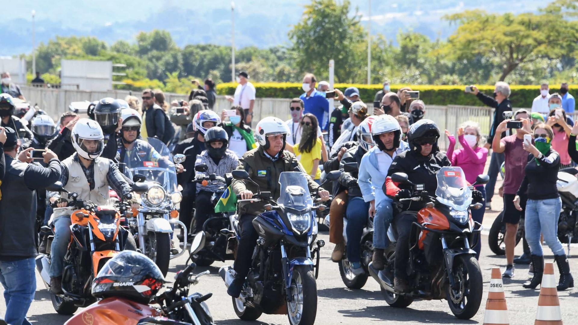 No Dia das Mães, Bolsonaro ignora regras e gera aglomeração com motoqueiros
