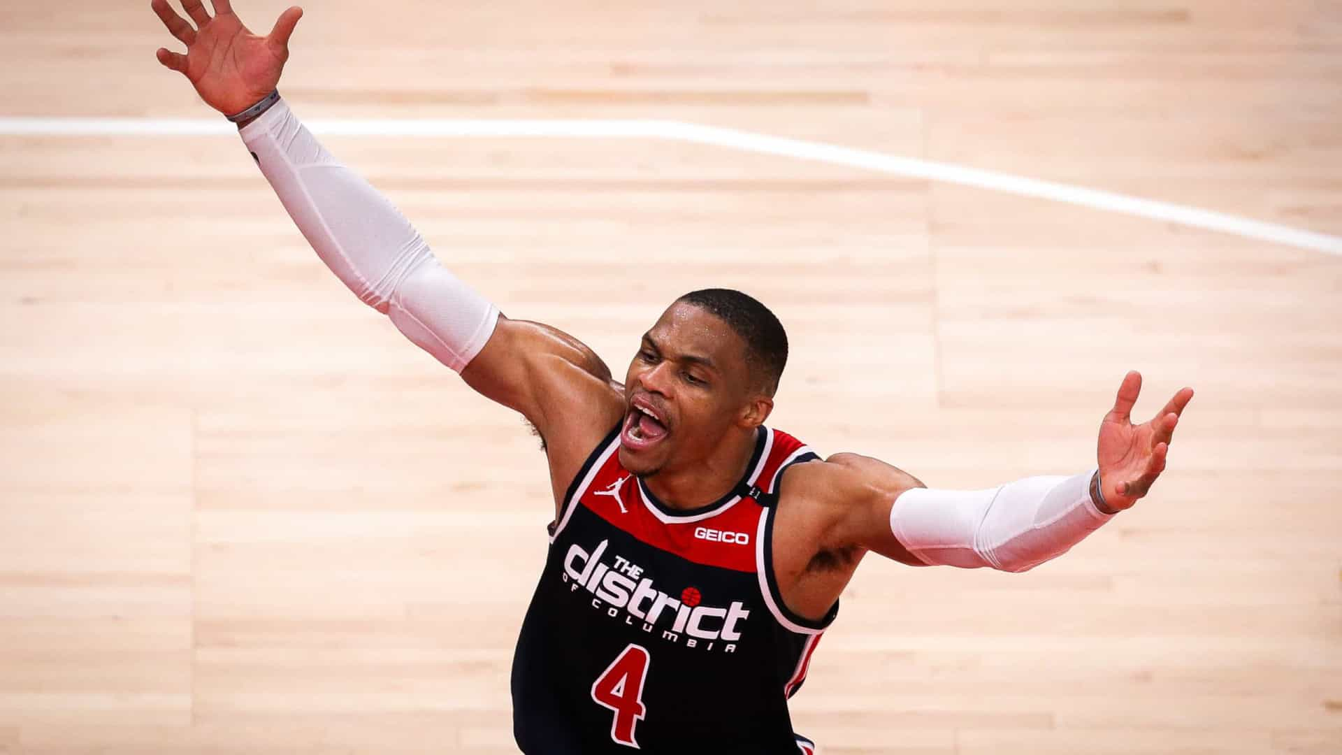 Westbrook ultrapassa Robertson e se torna atleta com mais 'triple-doubles' na NBA