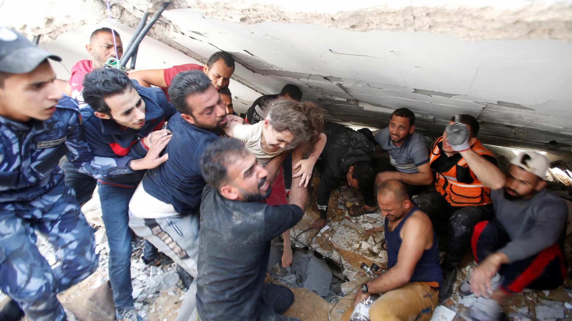 Palestiniana de 6 anos é retirada de escombros onde família morreu