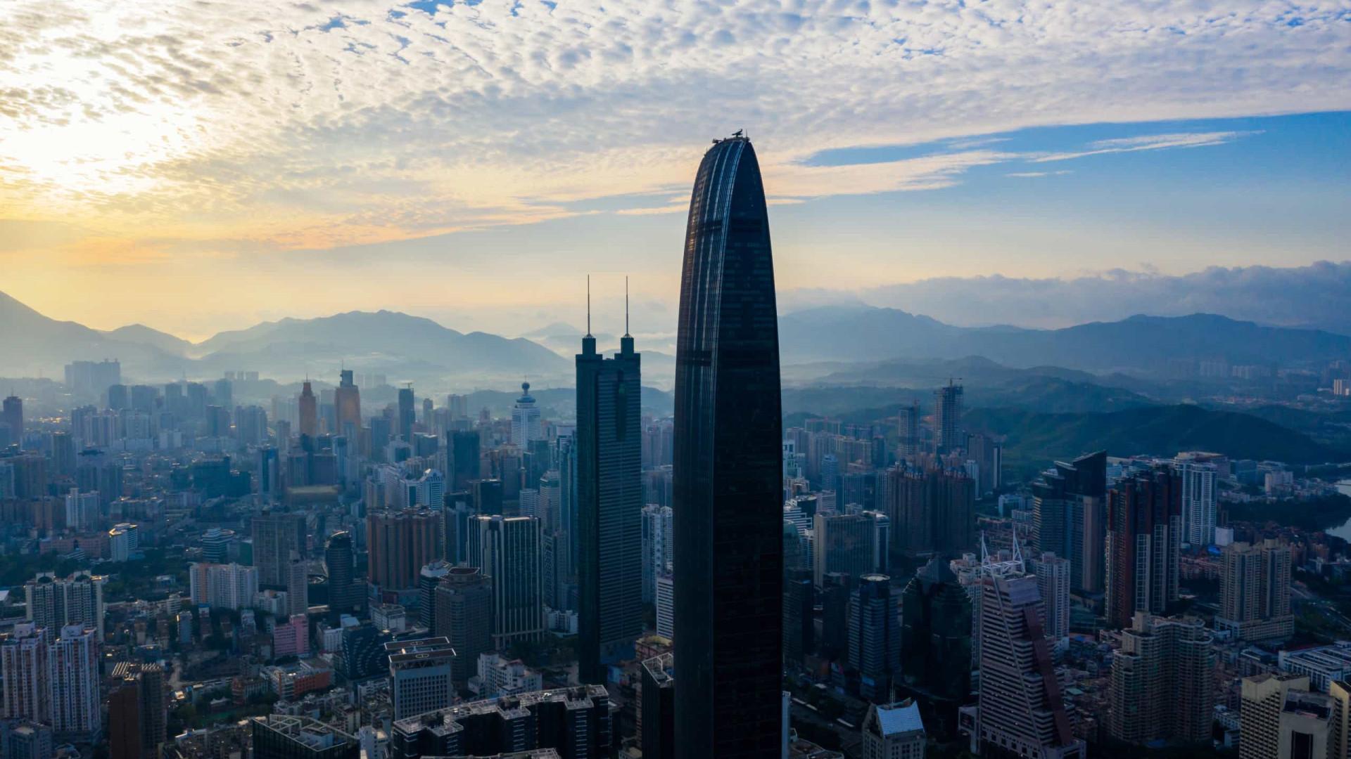 Prédio de 290 metros balança e causa susto e correria na China